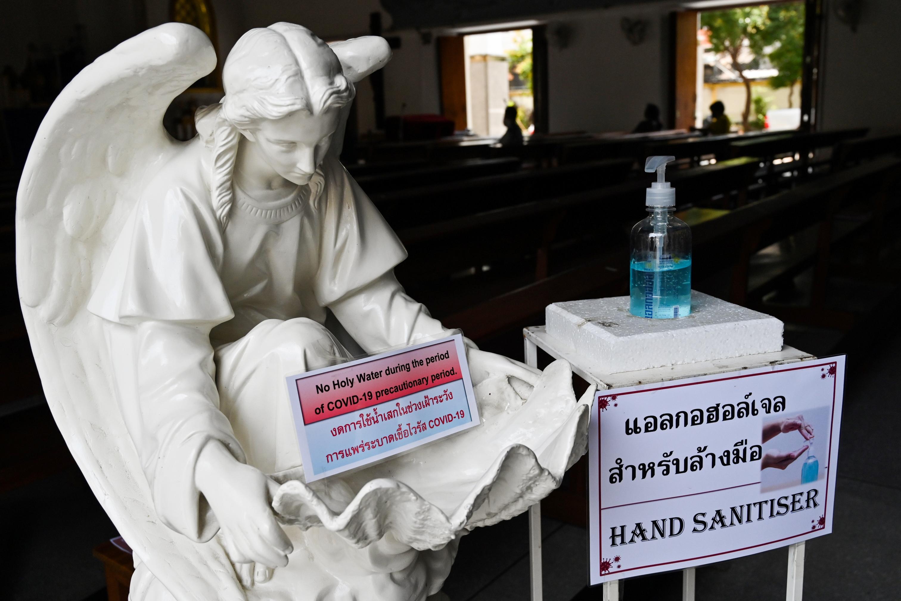 Kézfertőtlenítőt osztogató szerzetesek és BMW-ből hallgatott prédikáció