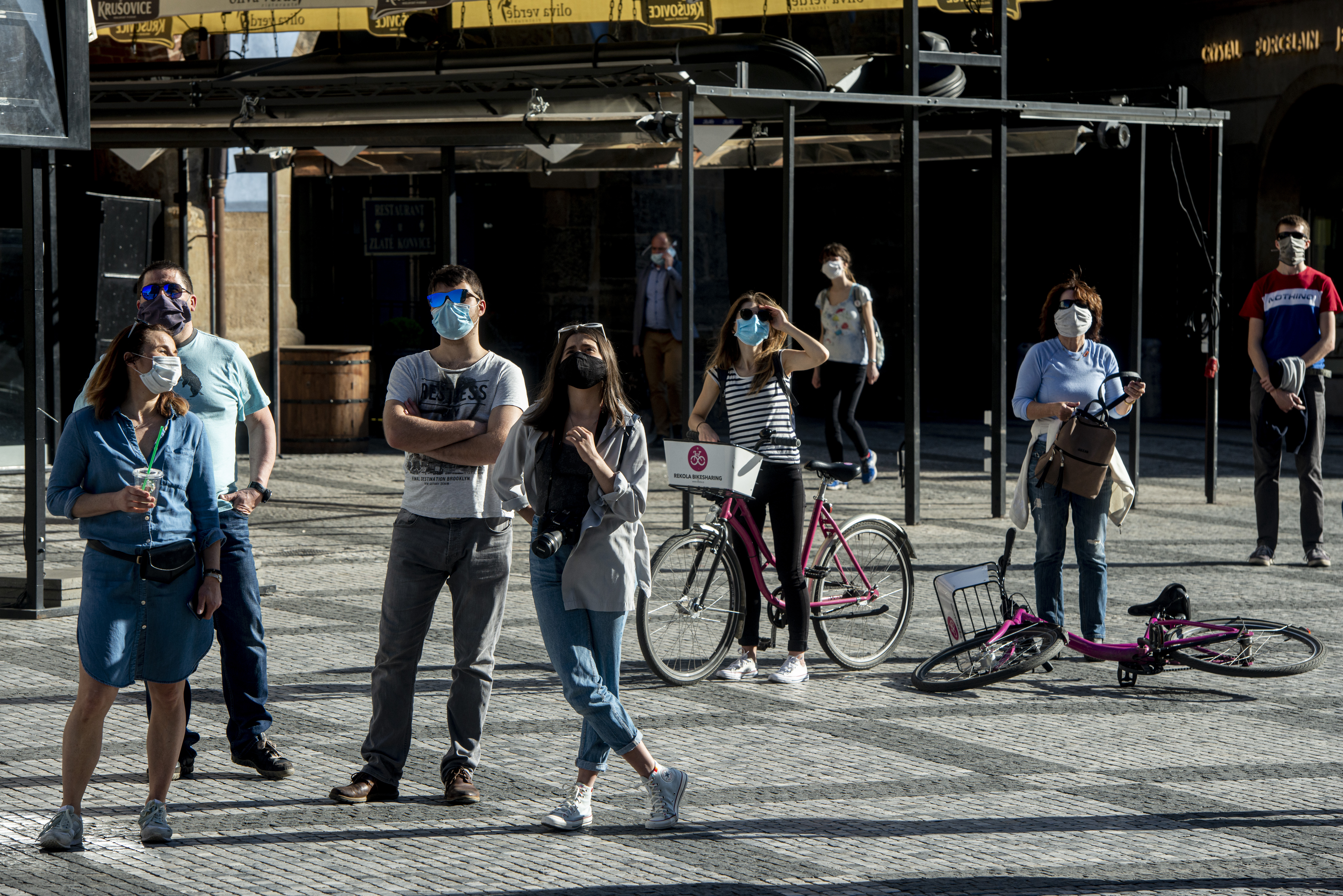 A lazítások után is kötelező marad az utcai szájmaszk Csehországban