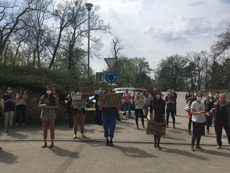 Kásler Miklós által elbocsájtott főigazgatójuk mellett tüntettek egy budakeszi kórház dolgozói