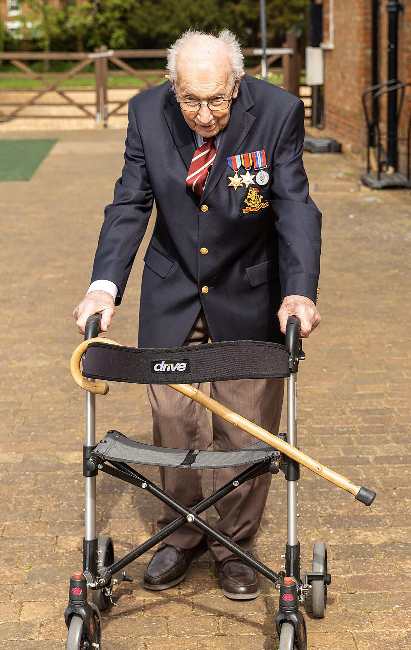 Egy 99 éves veterán 100 kört tesz meg azért, hogy segítsen a koronavírus elleni harcban