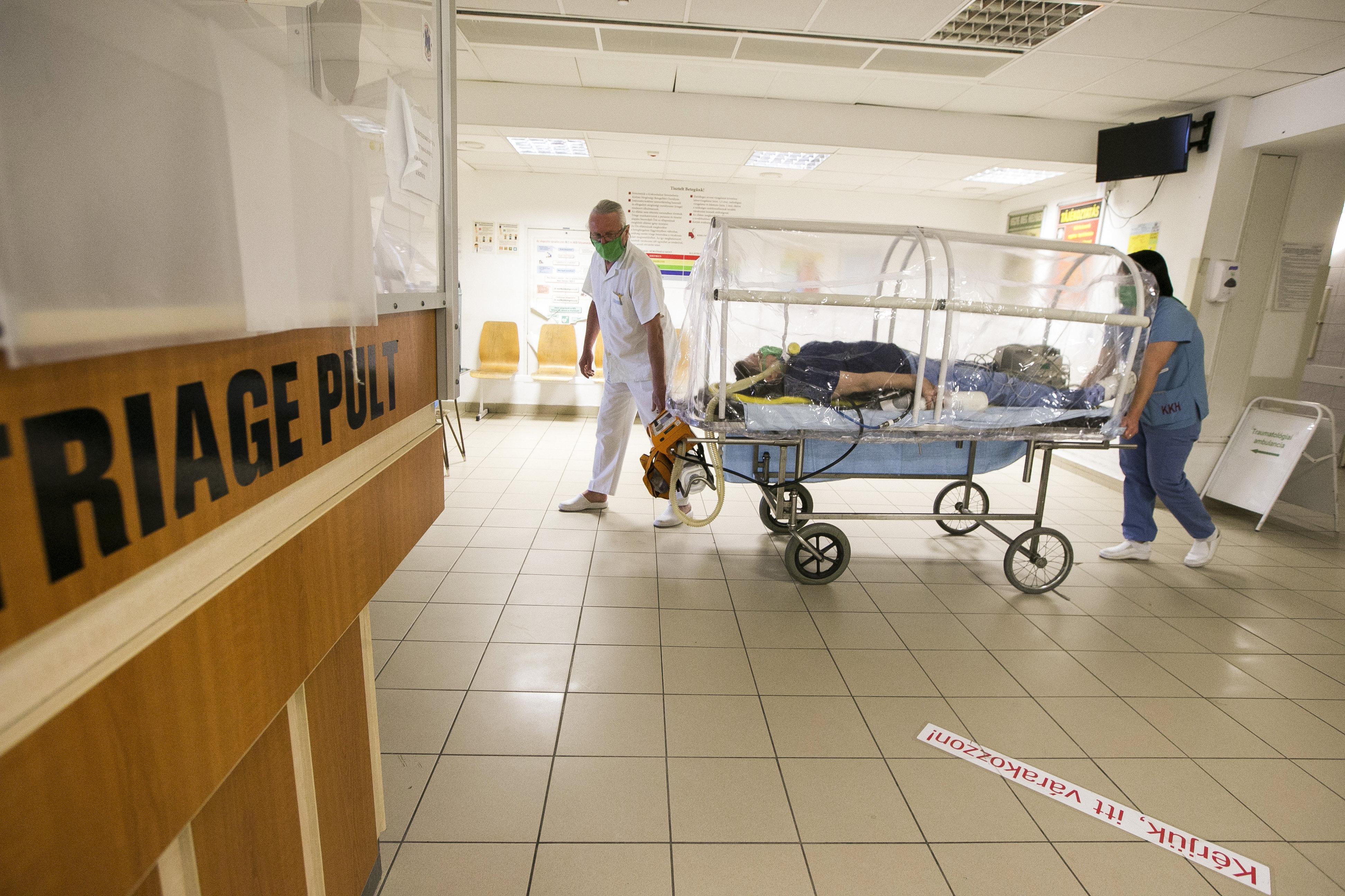 Egy tervezet szerint a kisvárosi kórházakban csak nappal lehetne szülni