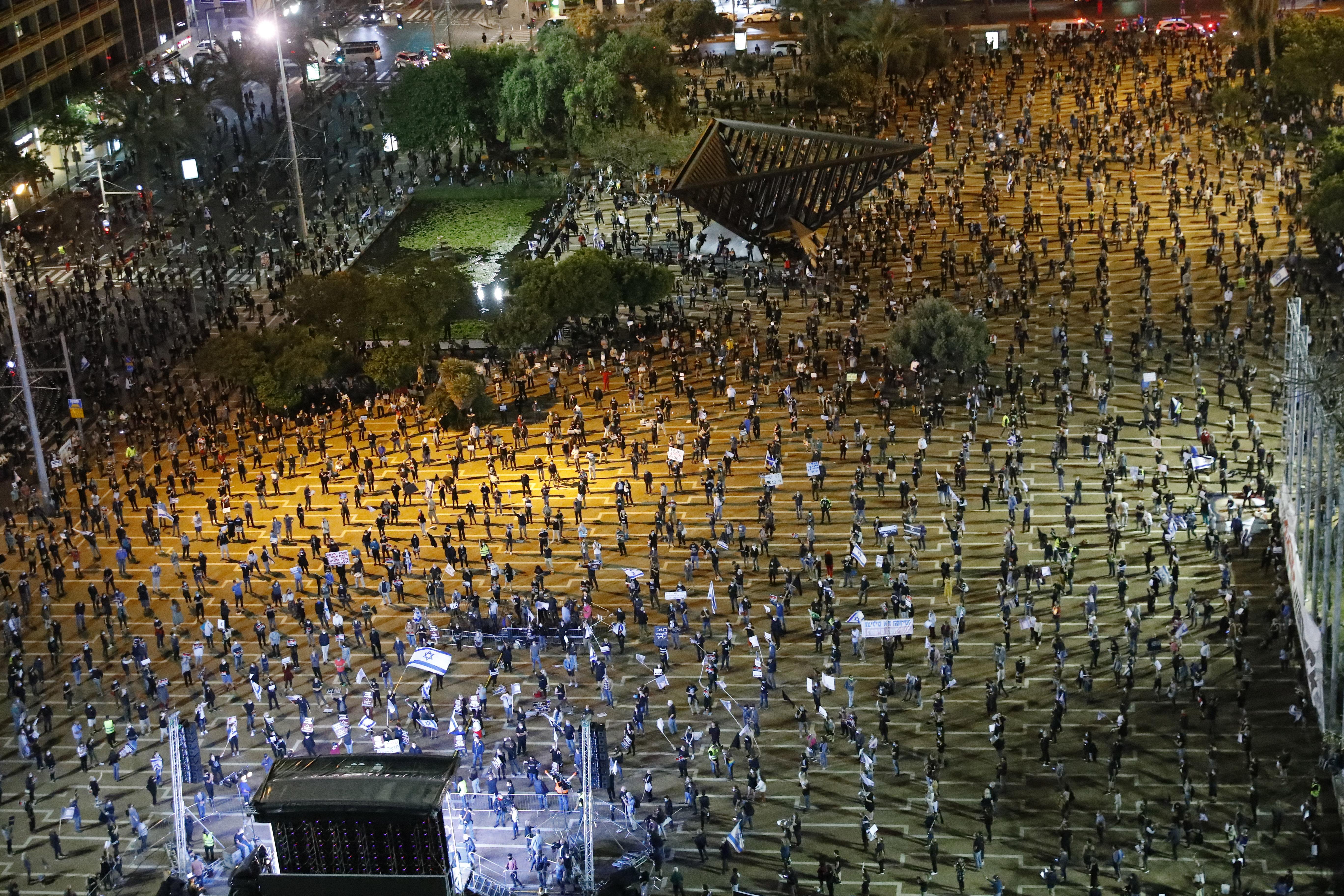 Egymástól kétméteres távolságot tartva tüntettek ezrek Netanjahu ellen