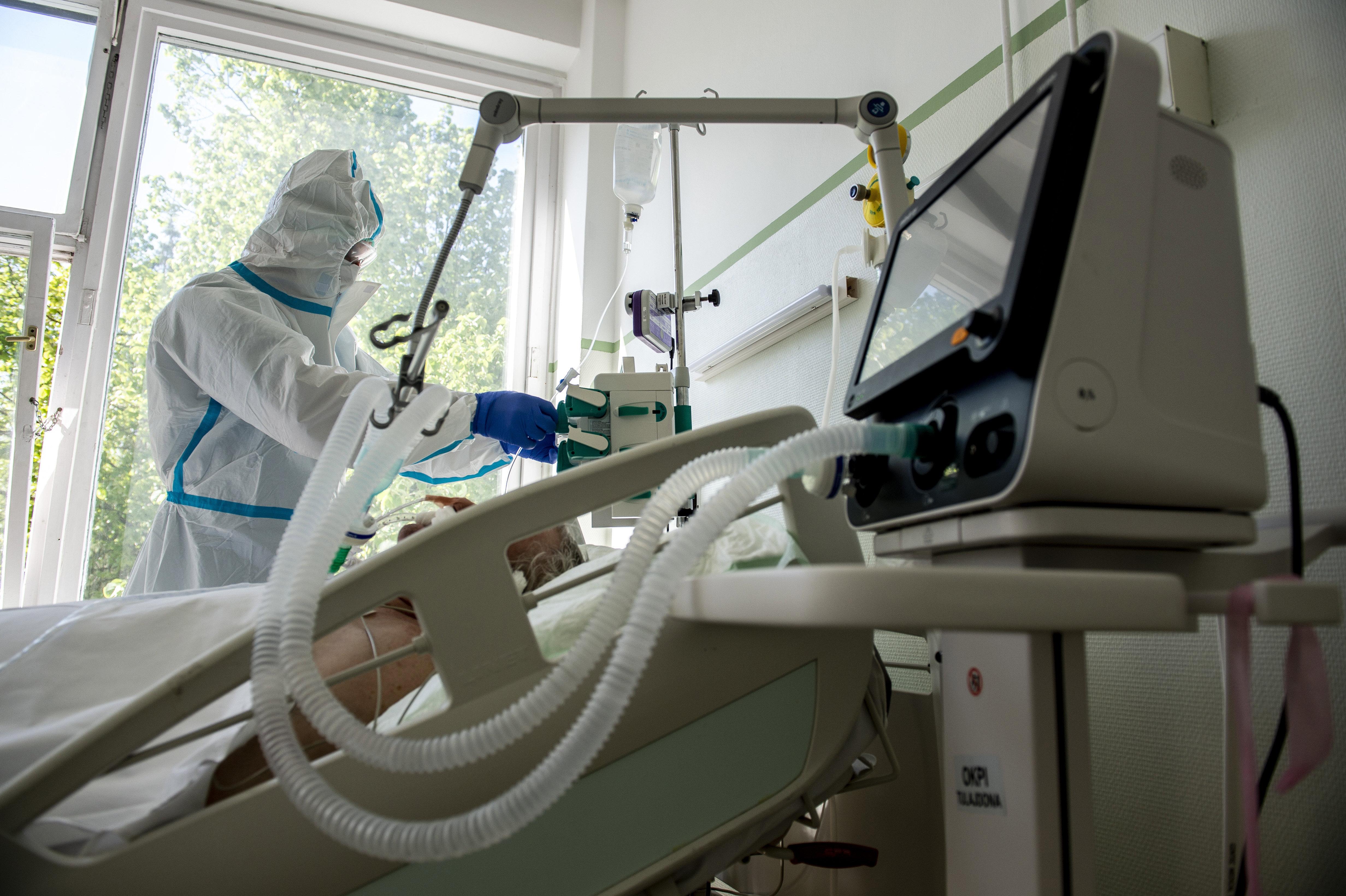 2,5 milliárd forintból épít lélegeztetőgép-raktárat a kormány