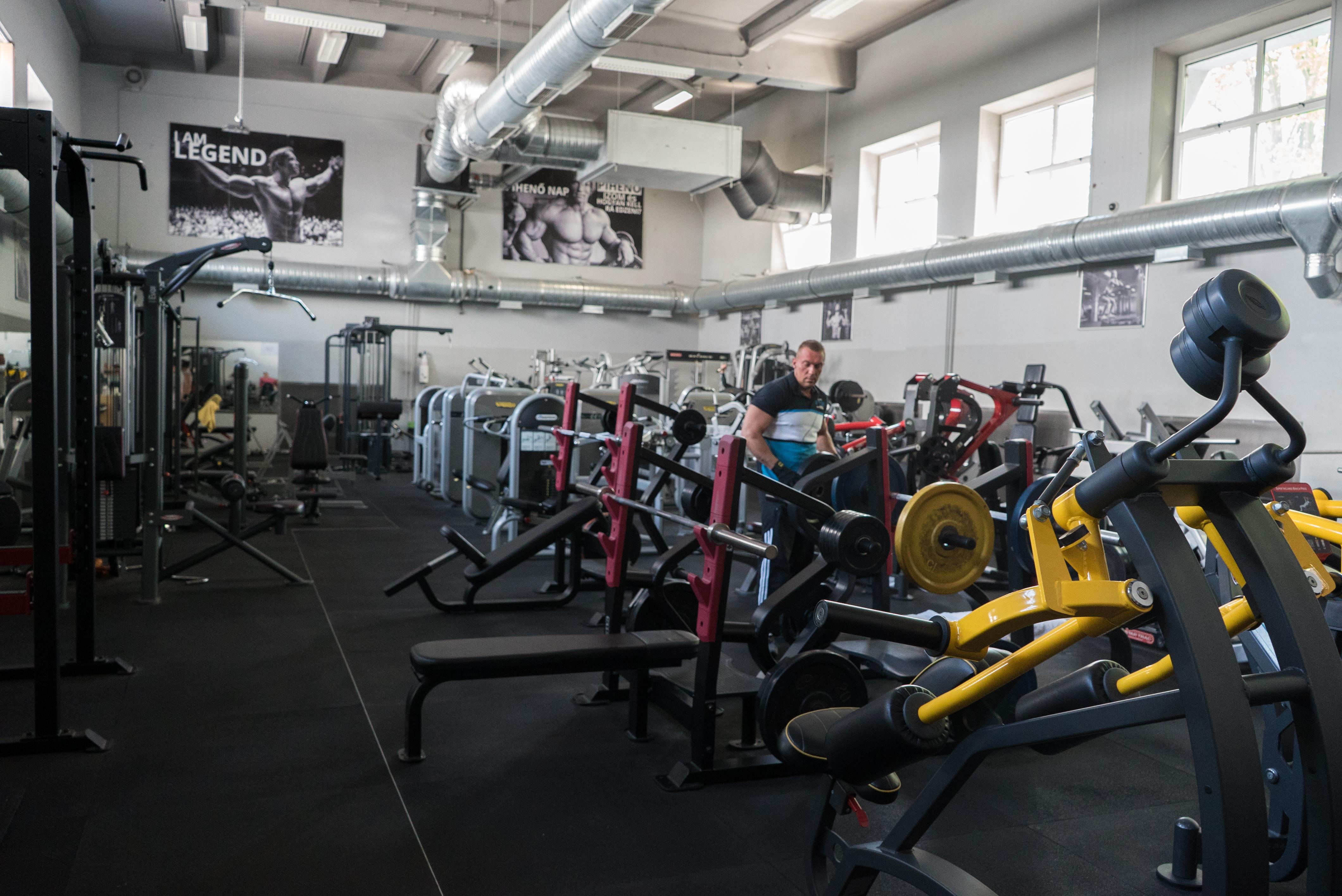 170 igazolt sportoló edzett egy budapesti pláza edzőtermében, mikor a rendőrök razziát tartottak
