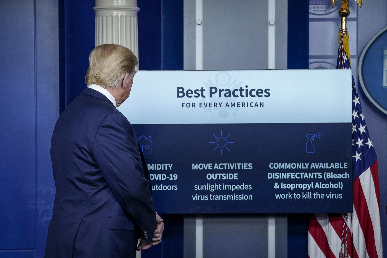 Donald Trump szerint fertőtlenítővel kéne beinjekciózni a koronavírusos betegeket, hogy kitisztítsák a tüdejüket
