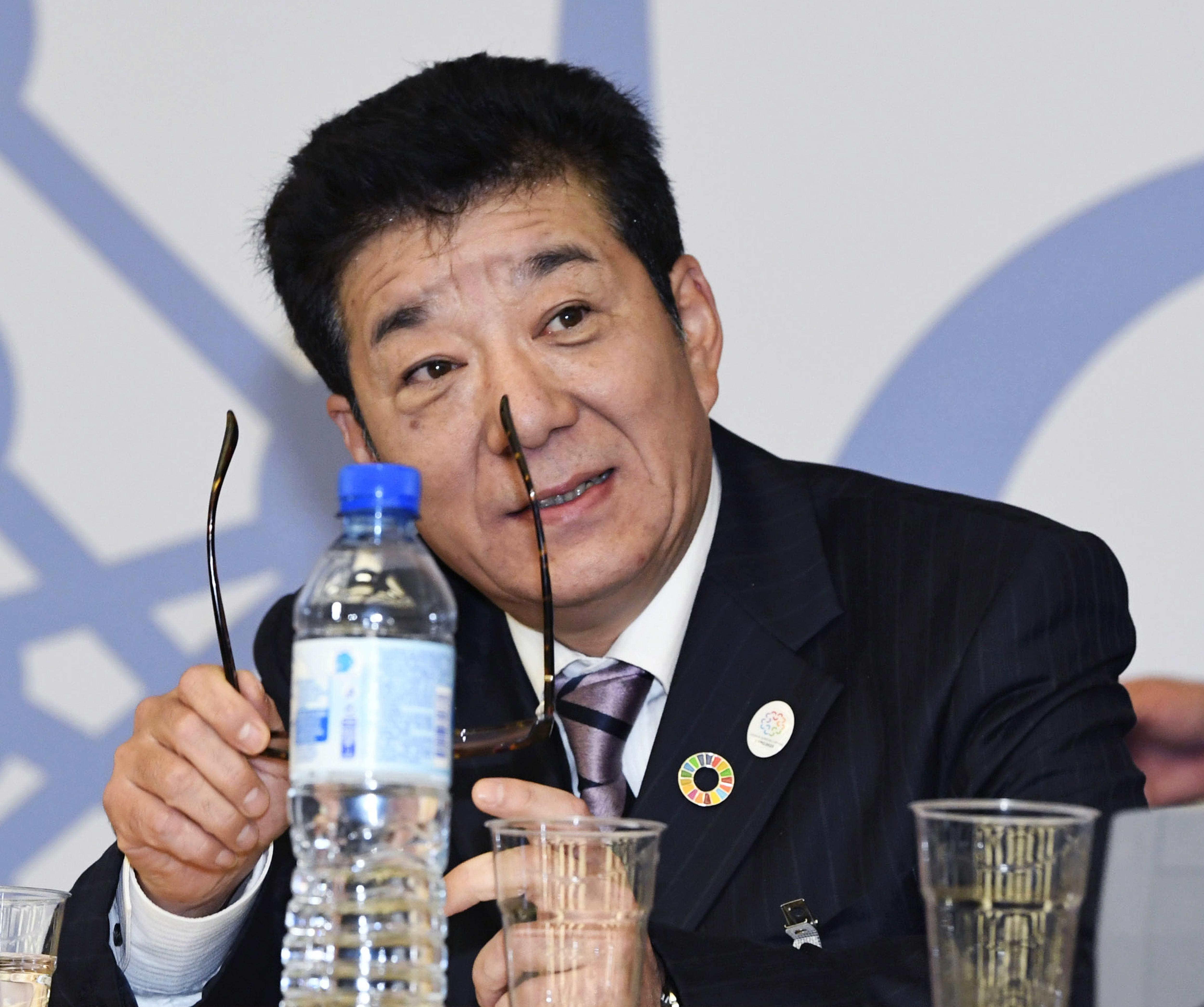 Az oszakai polgármester szerint a sokat tökölő nők helyett most a férfiaknak kéne bevásárolniuk