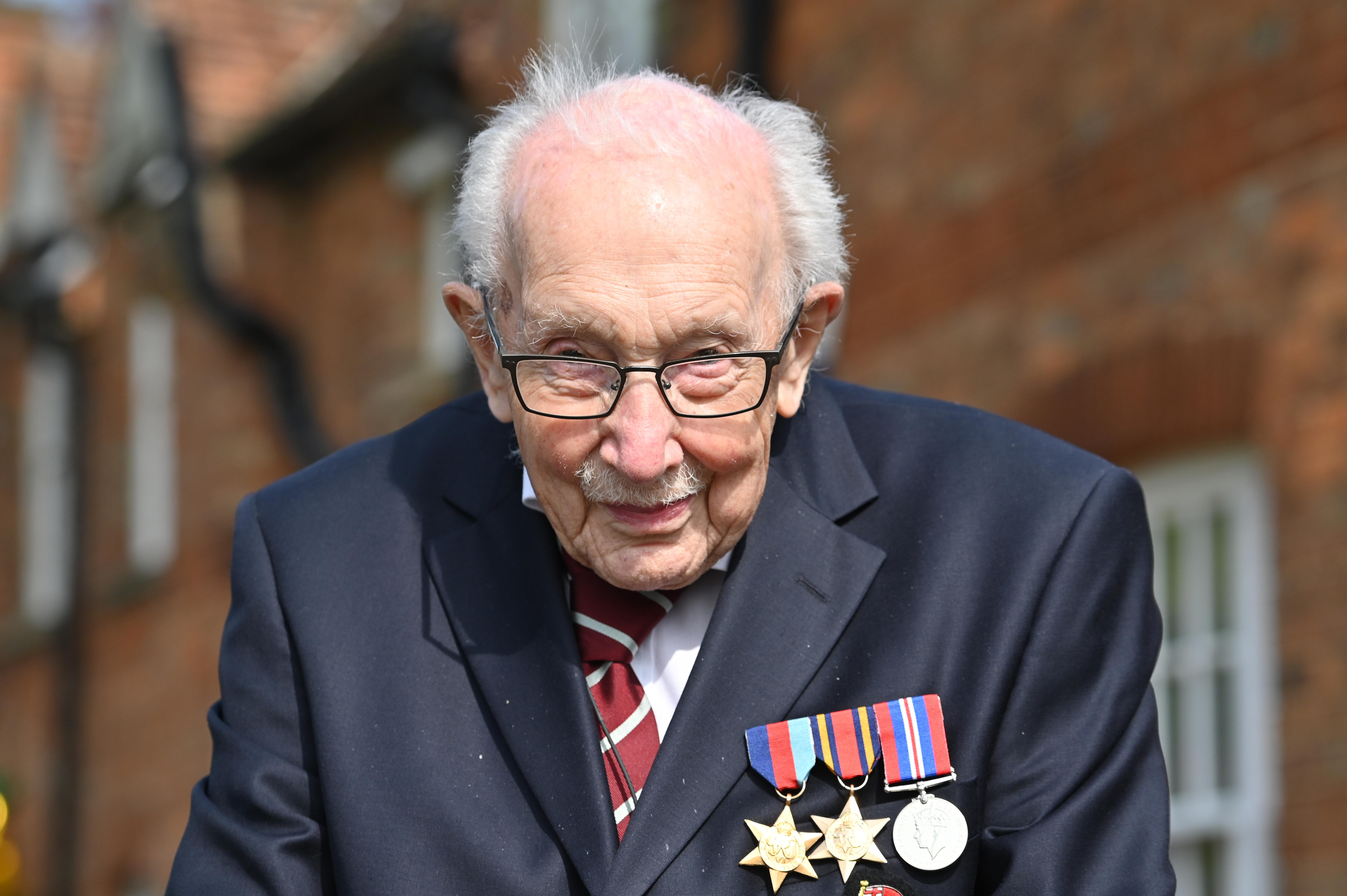 99 évesen került a brit slágerlisták élére a jótékonysági sétára induló Tom Moore kapitány
