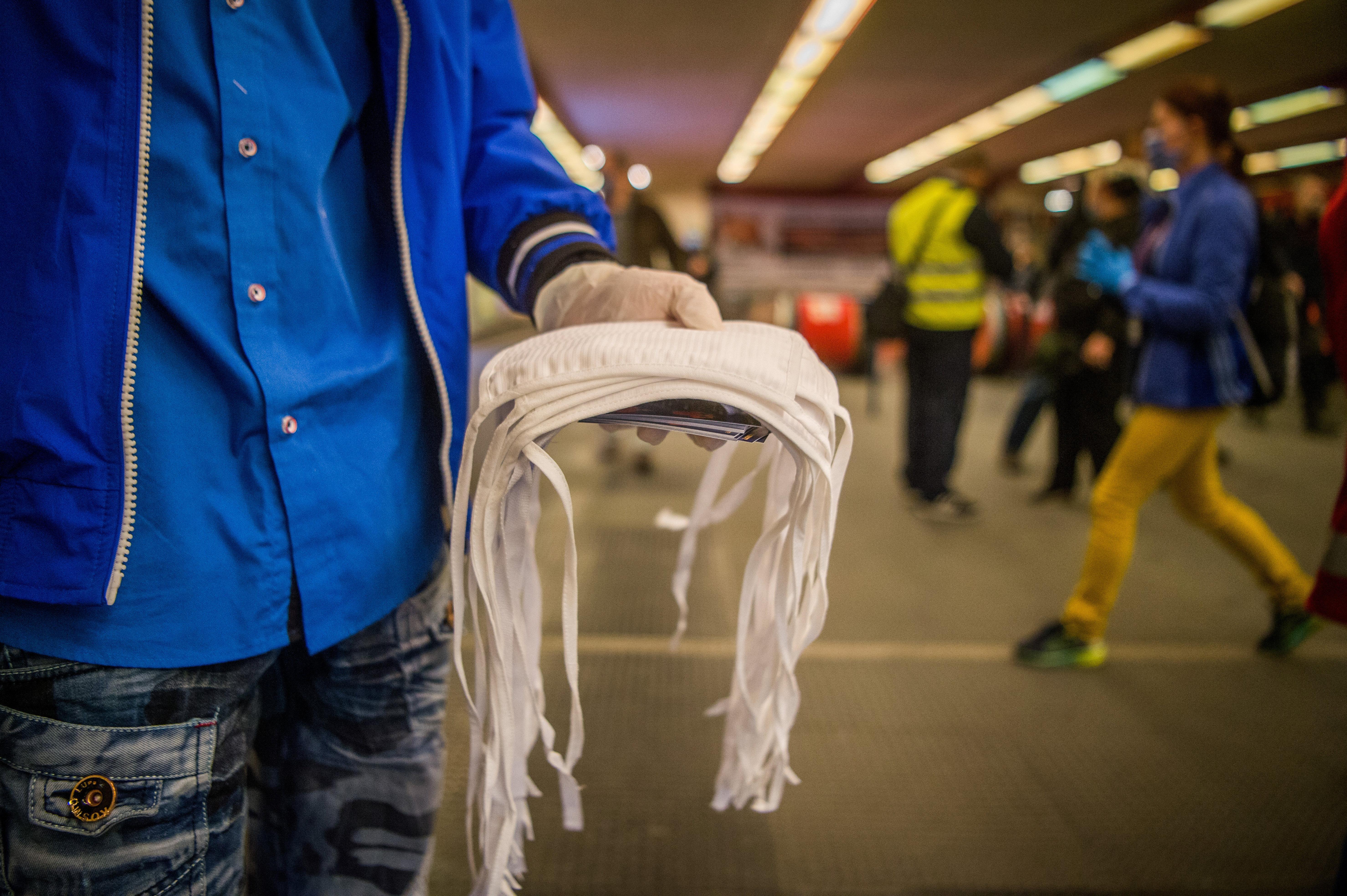 Hétfőtől a vasútállomásokon és buszmegállókban is kötelező a maszkviselés