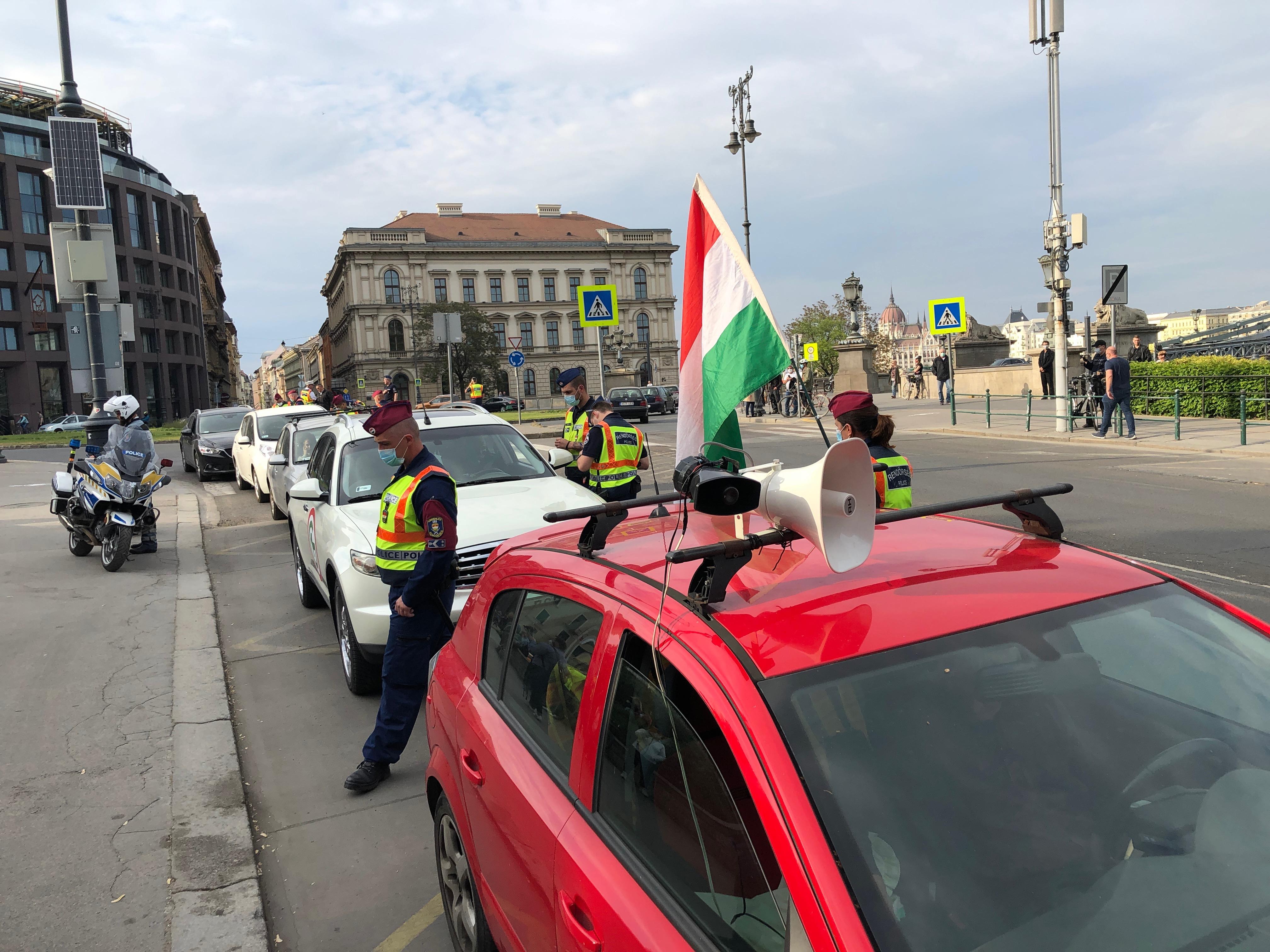 Törvénytelennek tartják a bírságolást, újra dudálós tüntetést tartanak Hadházyék