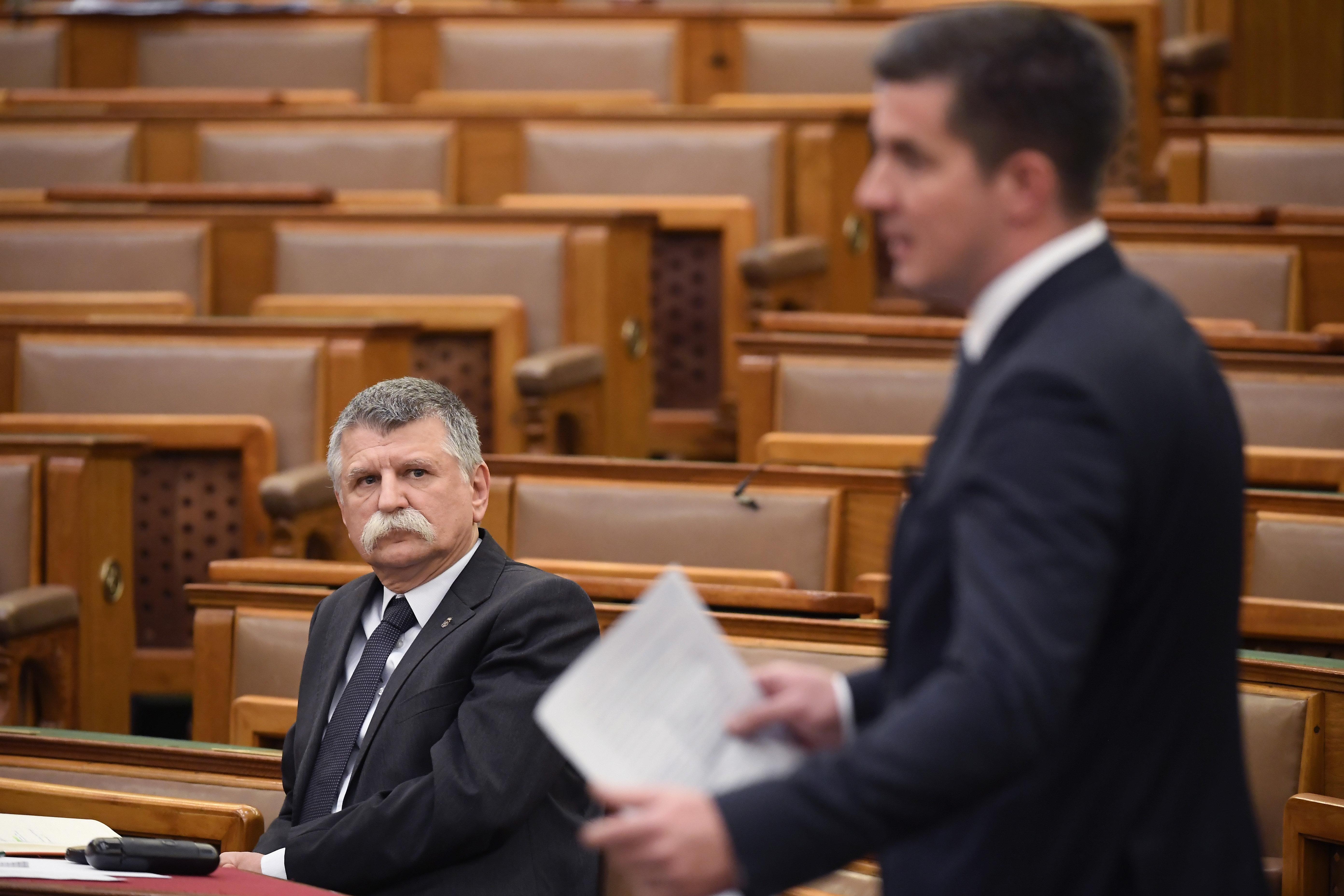 Hőmérőzés a Parlament bejárataiban: a képviselőket lázasan is beengedik