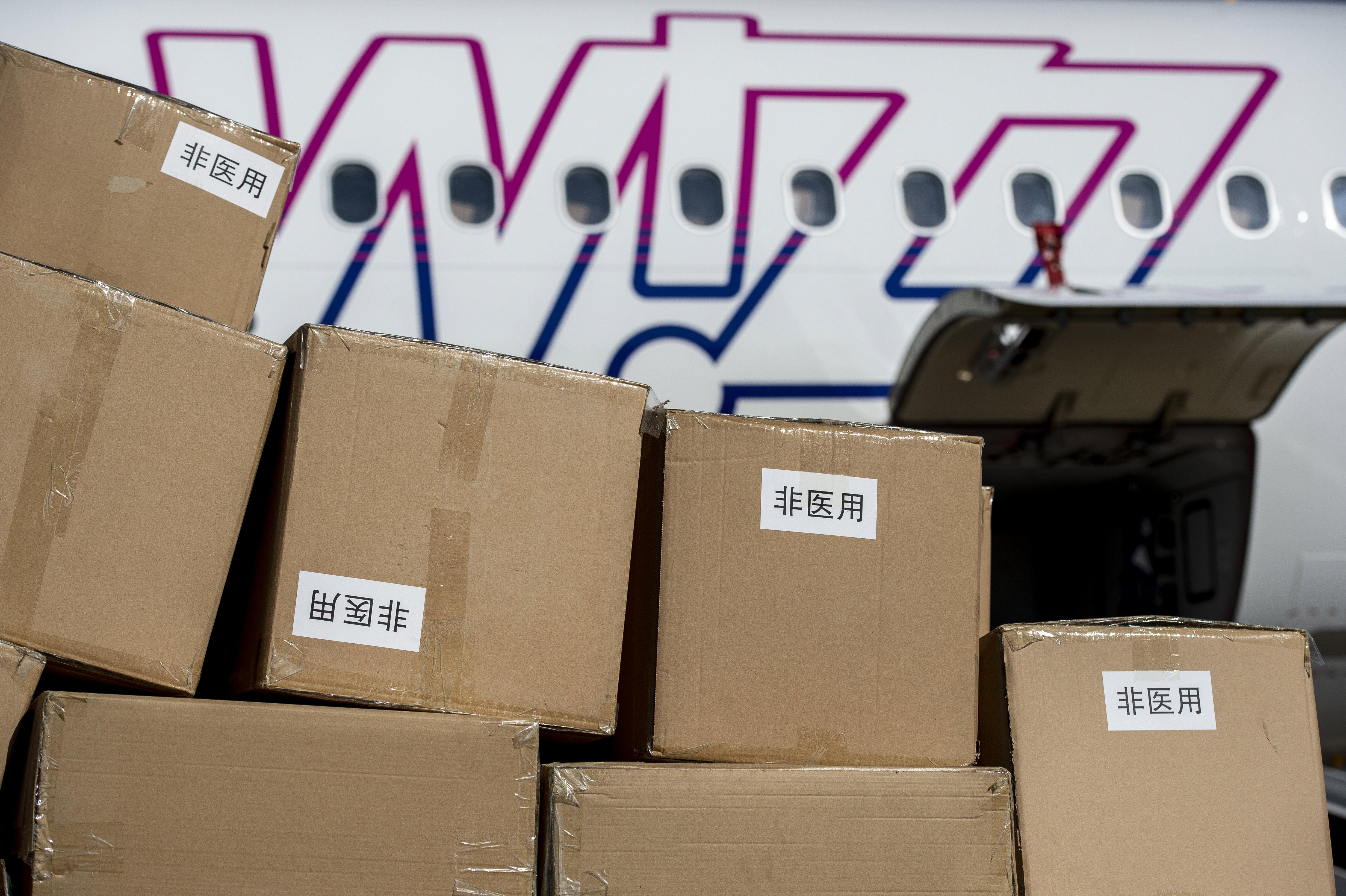 A kormány szerint azért a WizzAir utasszállítói hozták a kínai eszközöket, mert a Honvédség gépeibe nem fért volna be