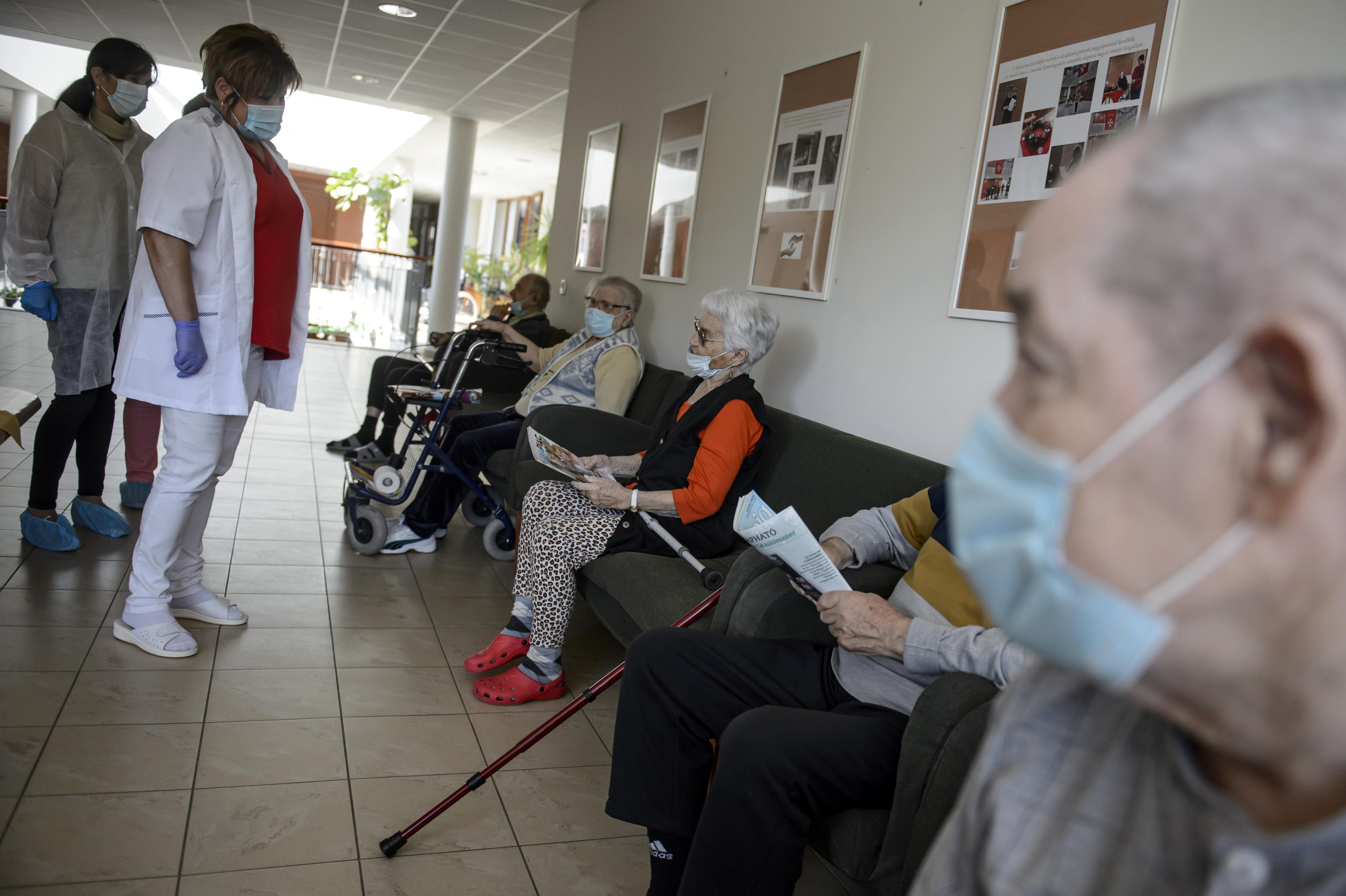 Hétfőtől látogatási és intézményelhagyási tilalmat vezetnek be a szociális intézményekben