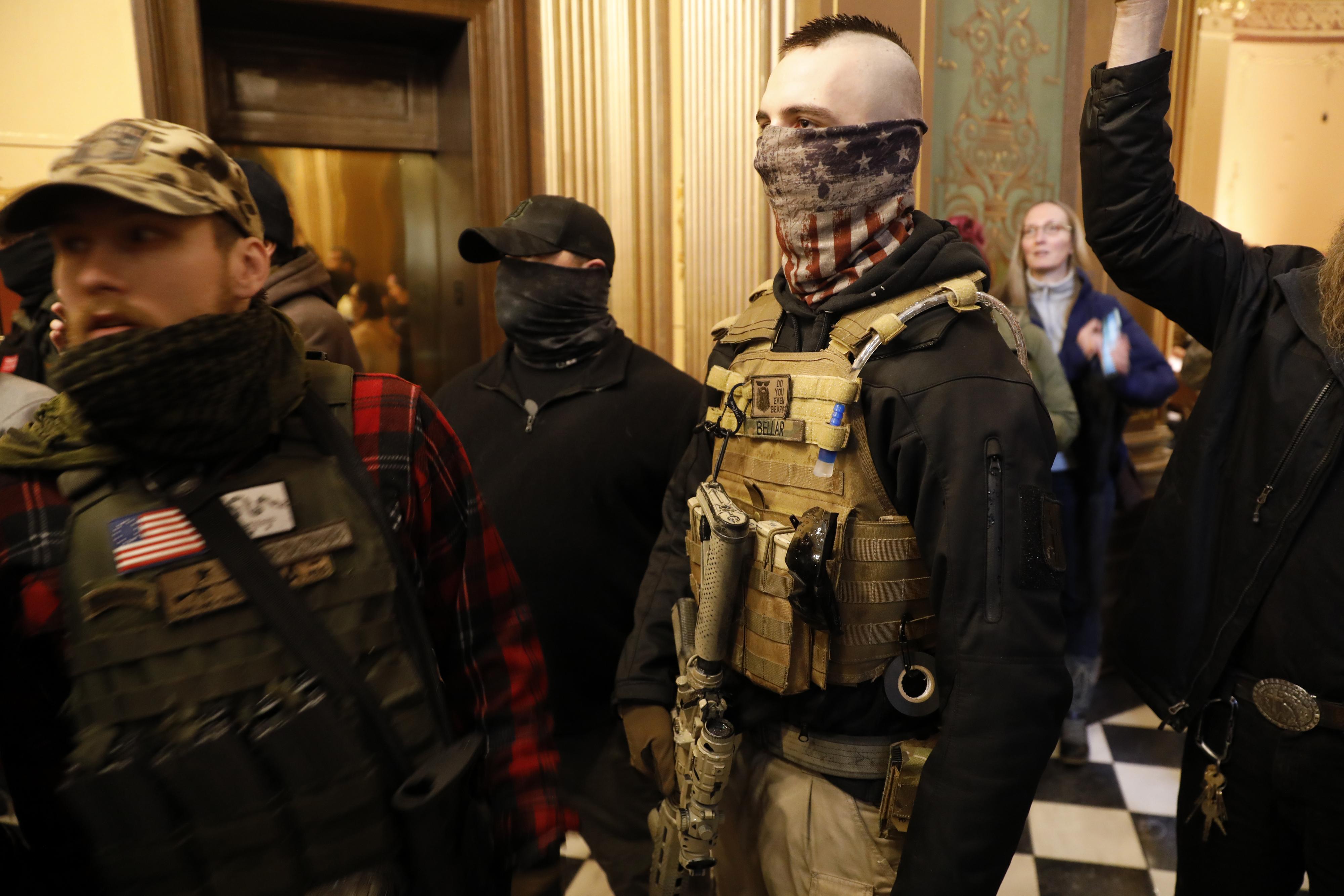 Fegyveres tüntetők mentek be a michigani törvényhozás épületébe