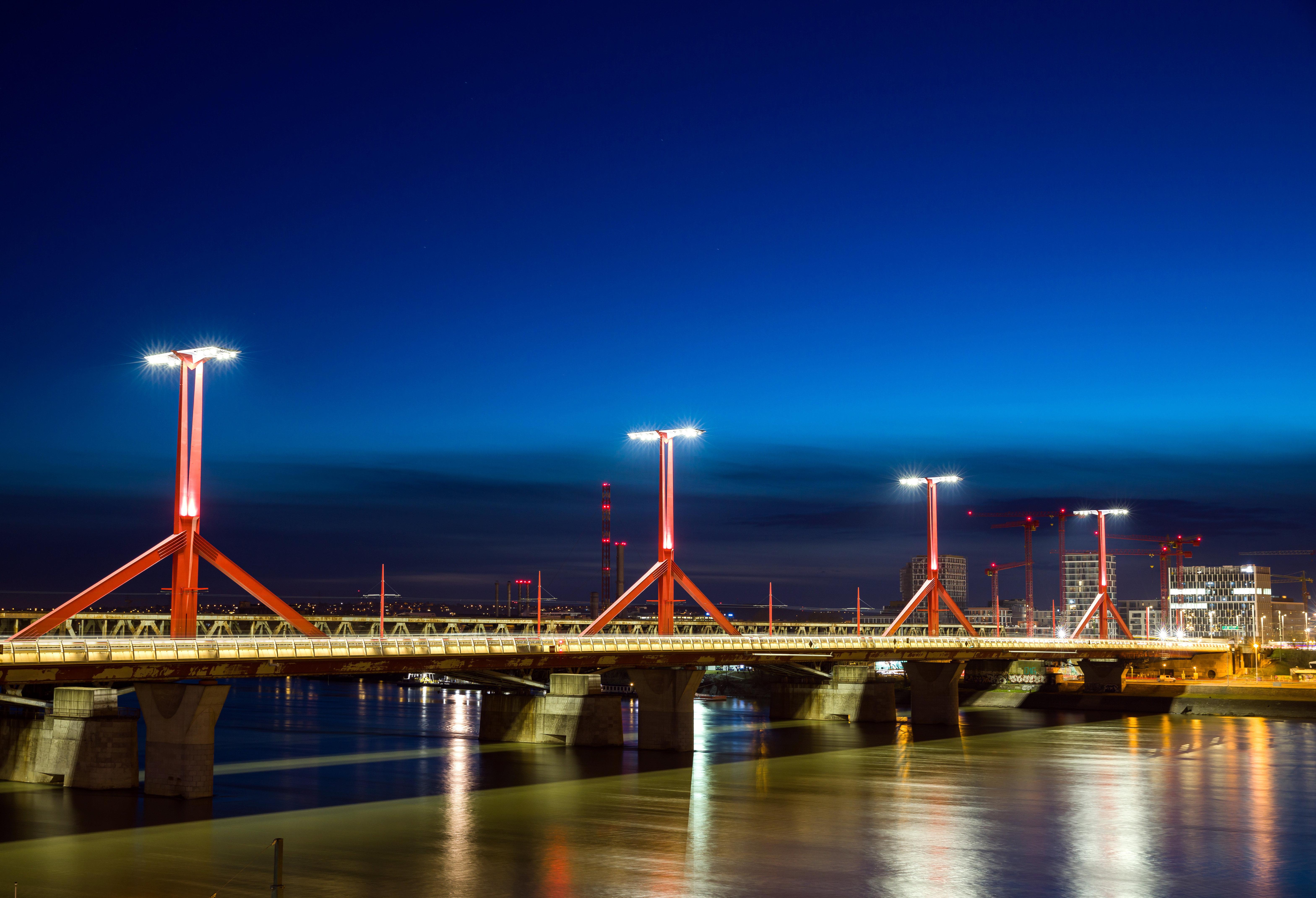Felmászott a Rákóczi hídra, hogy csináljon egy képet, de belezuhant a Dunába