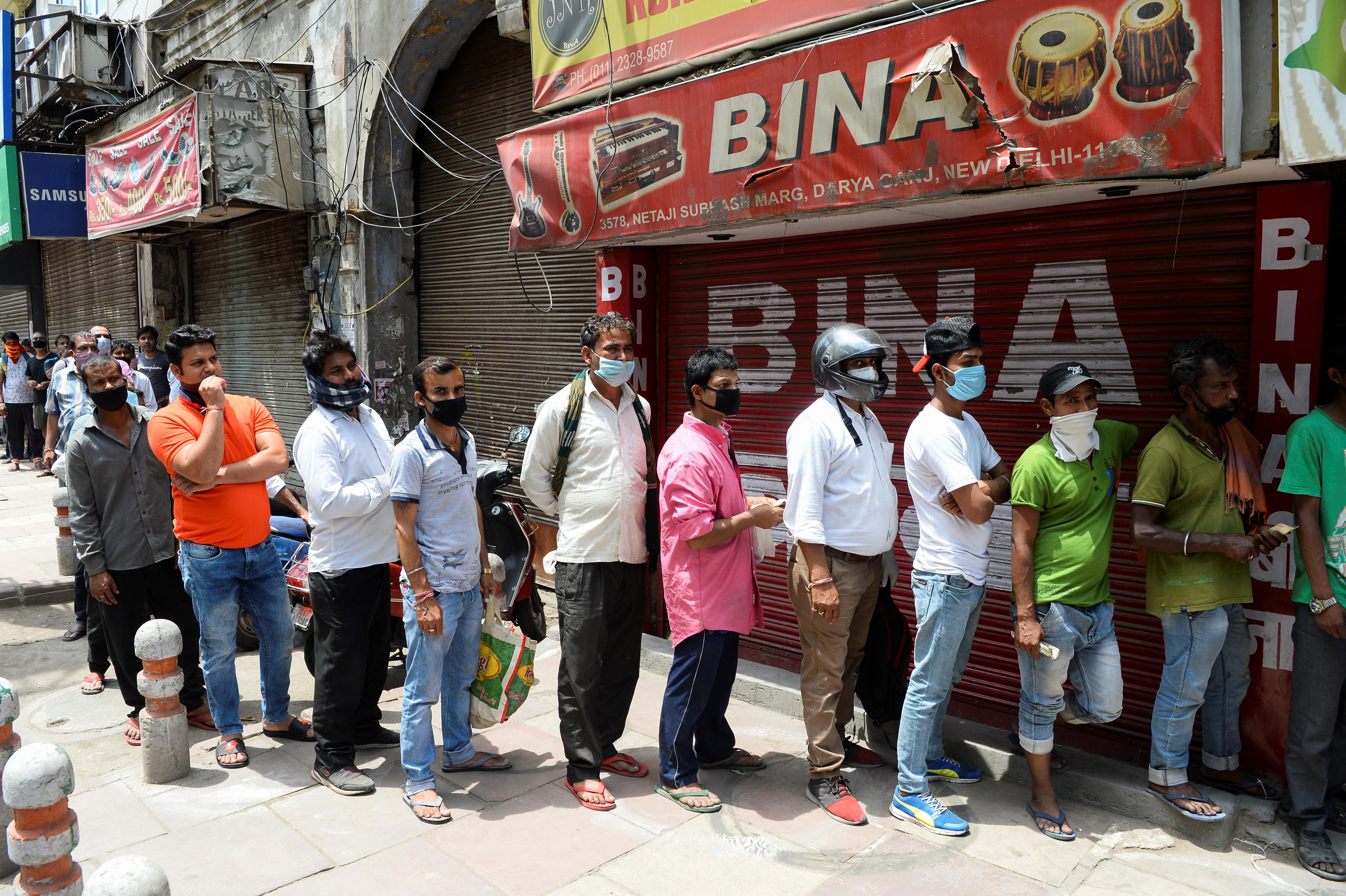 Indiában 70 százalékos koronavírus-adót vetnek ki az alkoholra, hogy távoltartsák a tömegeket