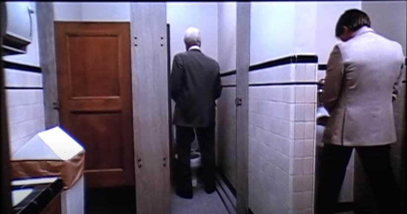 Valaki egy életre megtanulta a Legfelsőbb Bíróságon: ne húzd le a vécét, amíg nem kapcsoltad ki a mikrofont!