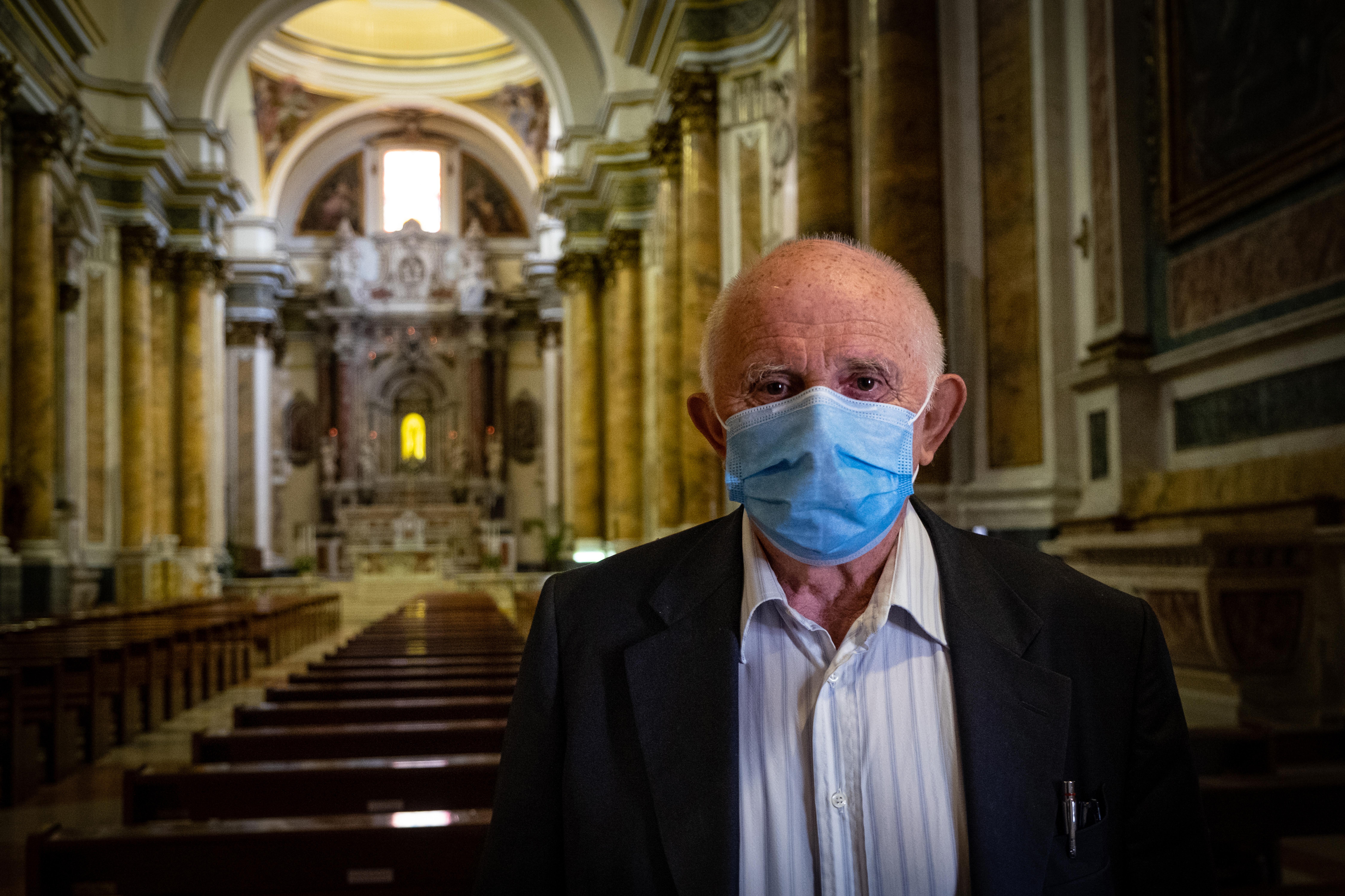 Újra tarthatnak miséket Olaszországban, de áldozni csak gumikesztyűben lehet