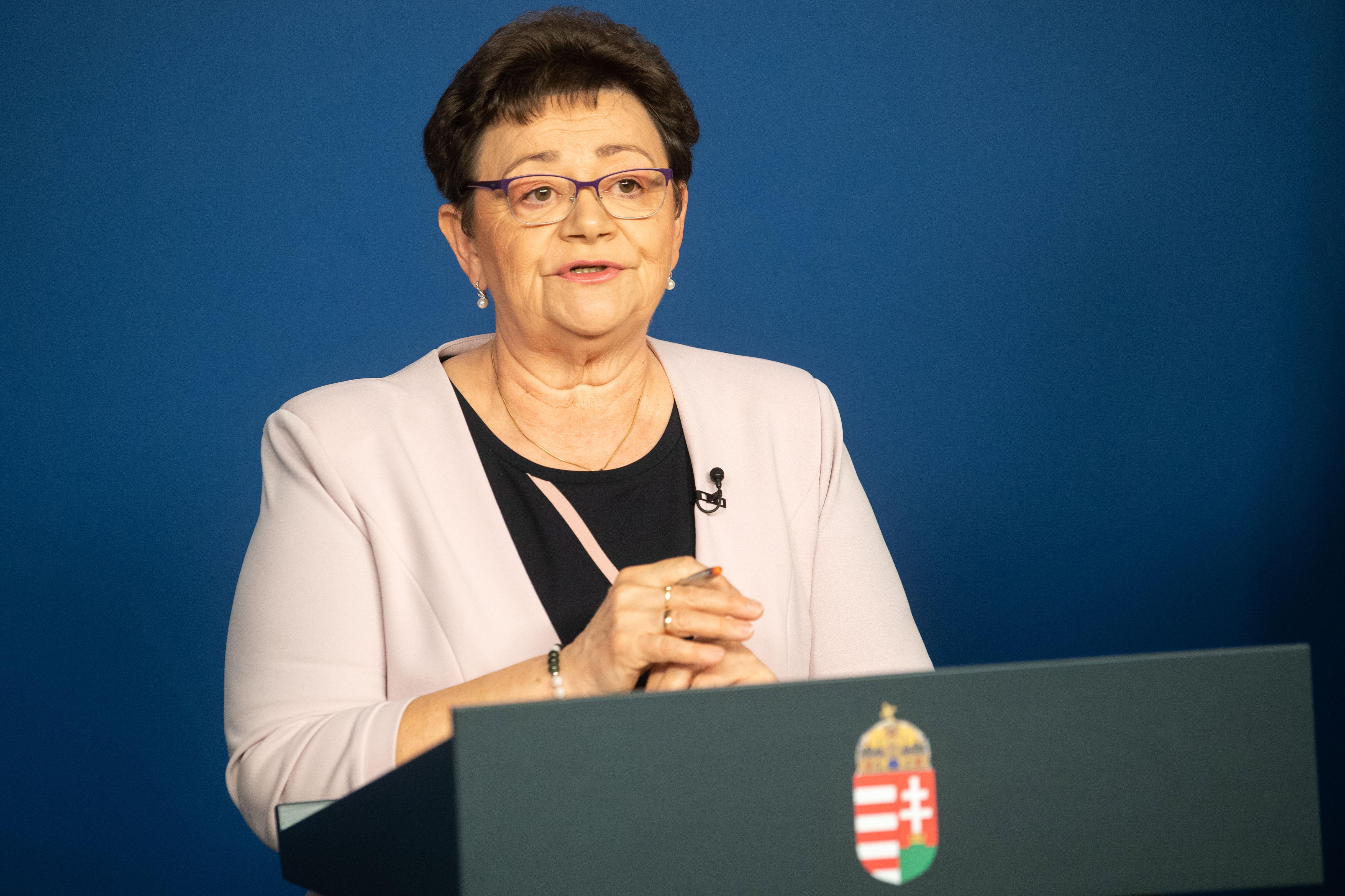 Csak az új koronavírusos betegeket kell Budapestre szállítani Müller Cecília szerint