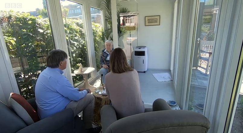 Egy holland idősotthonban üvegfallal elválasztott konténerházban beszélgethetnek a családtagok egymással