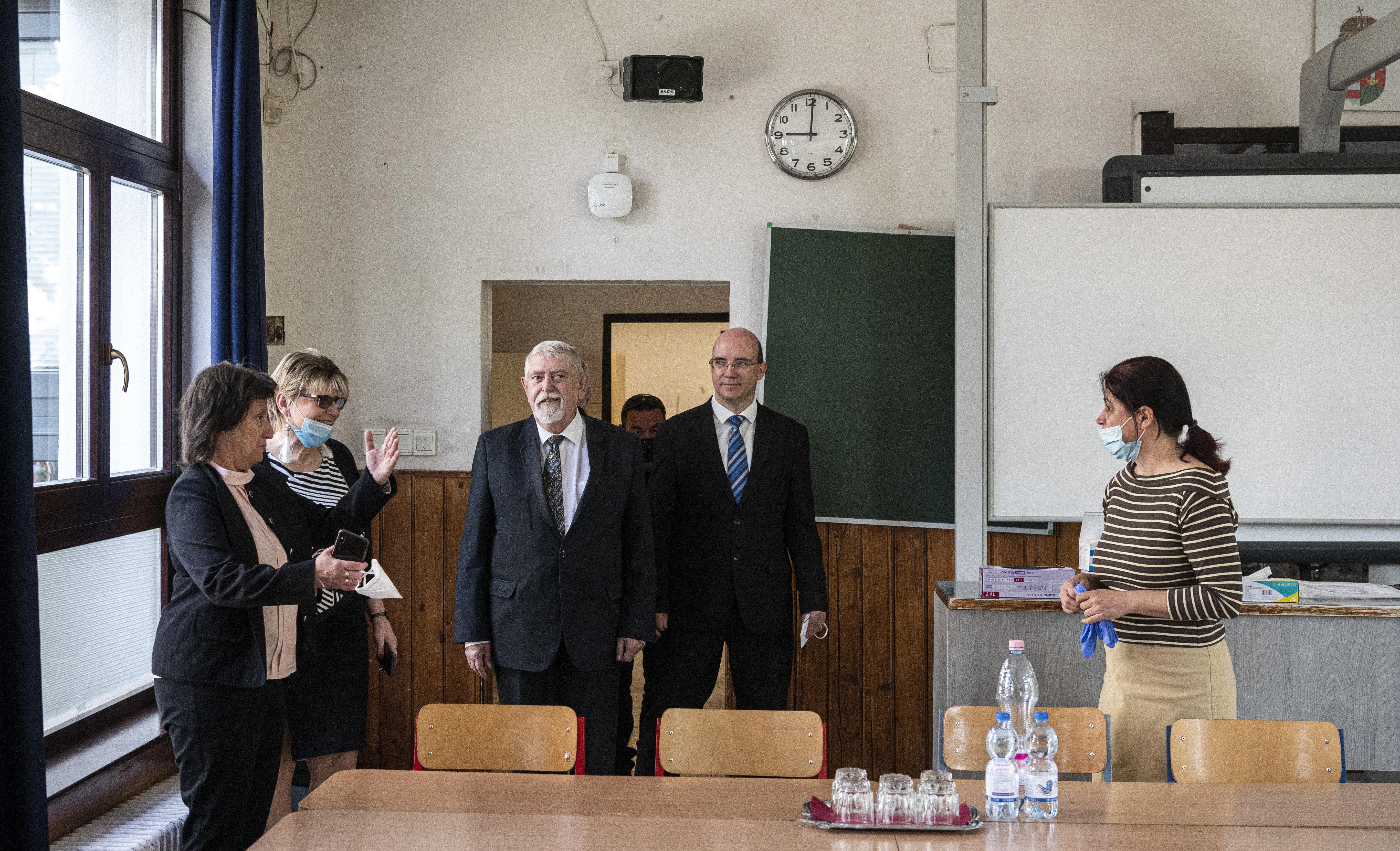 Klebelsberg Központ: álhír, hogy fejenként 1000 forintos jutalmat kaptak a pedagógusok, mert az intézmények 1000/fő pluszjuttatást kaptak