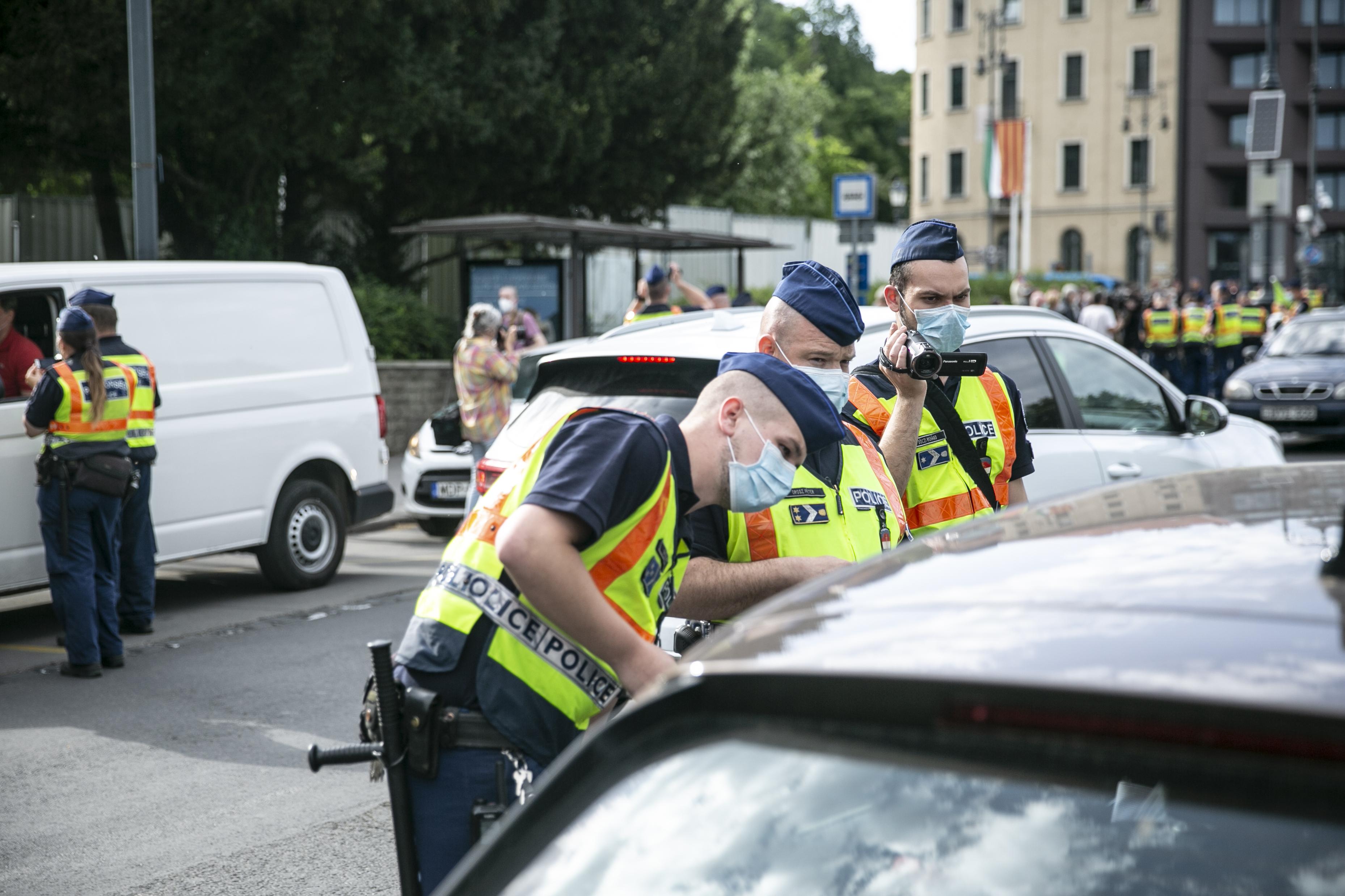 Ott volt a dudálós tüntetésen, kitartott egy uniós zászlót a kocsiból, 150 ezerre büntették