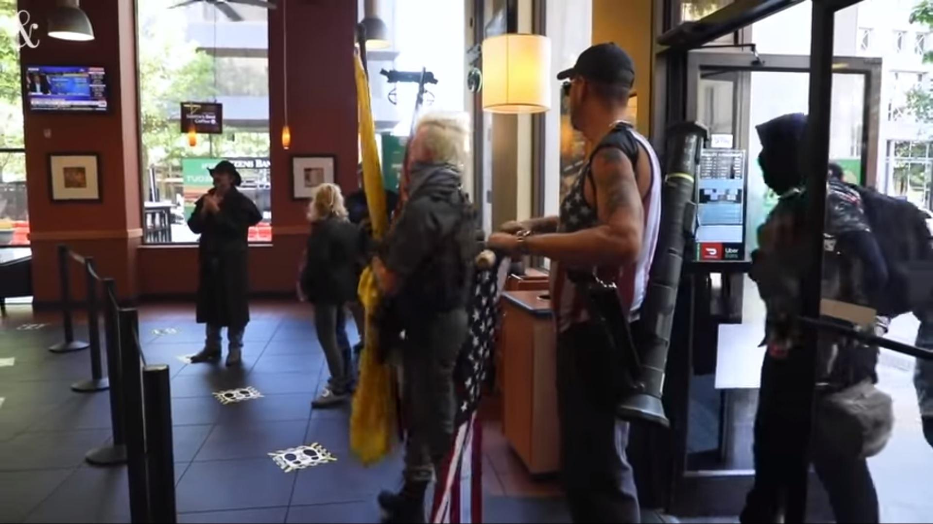 Észak-Karolinában pisztolyokkal, shotgunokkal és rakétavetőkkel ment be 11 tüntető a Subwaybe