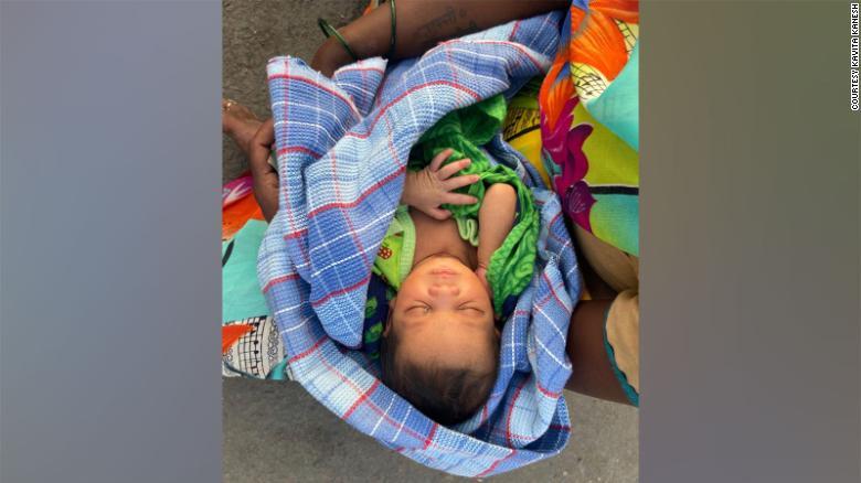 Több napos gyalogút közben szülte meg gyerekét egy indiai nő