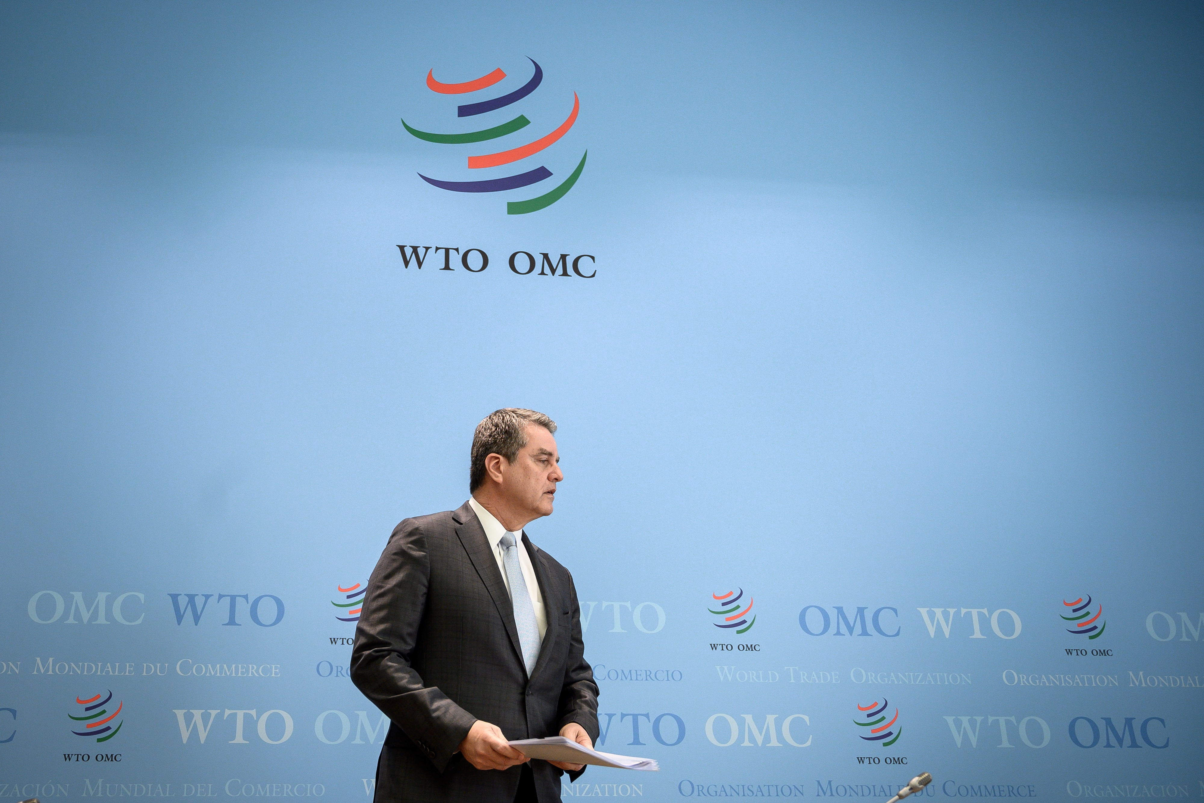 A világgazdasági válság közepette meglepetésre idő előtt távozik a WTO vezetője