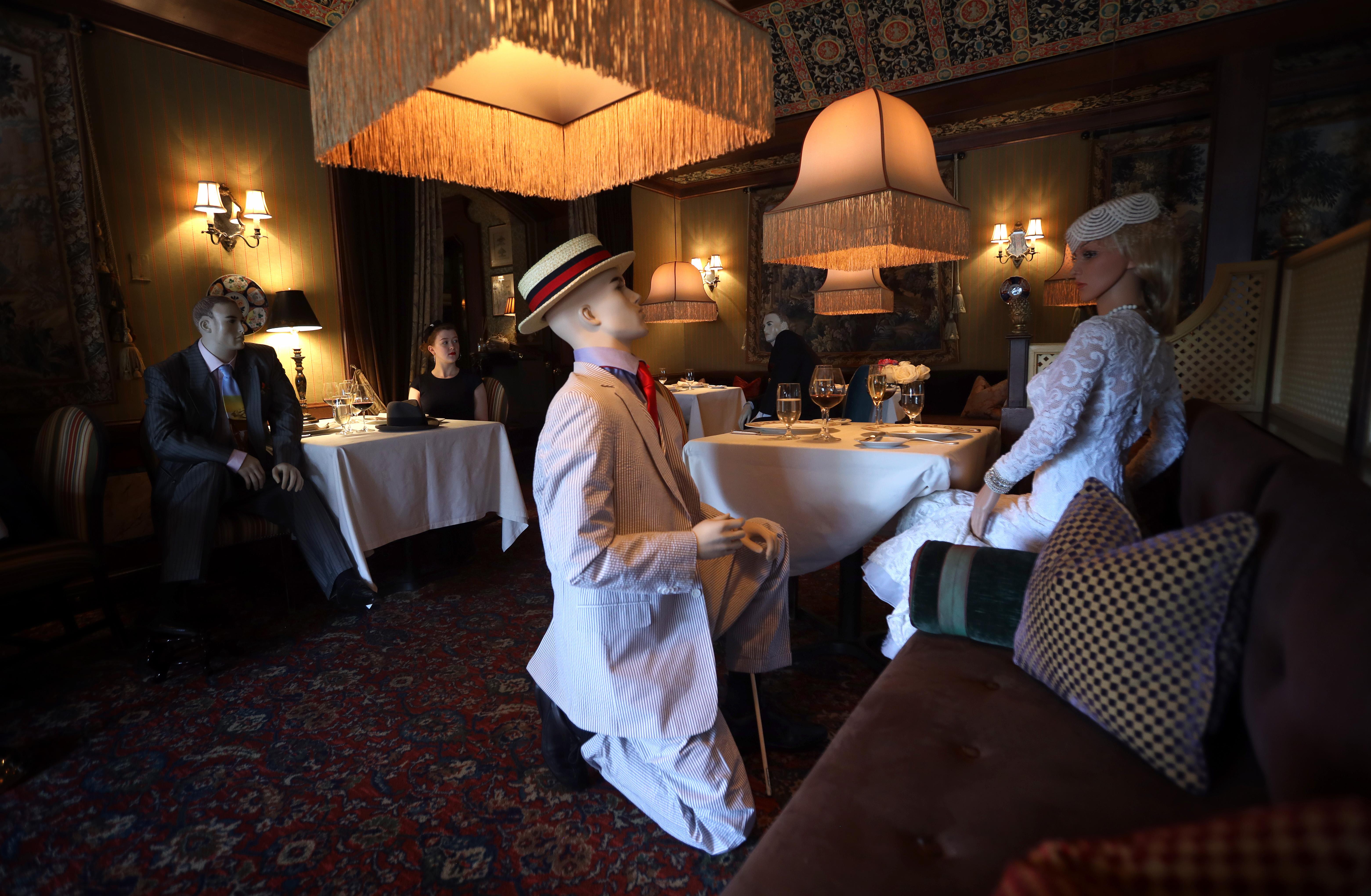 Próbababákat ültetnek a vendégek közé egy amerikai étteremben, hogy az emberek betartsák a távolságot
