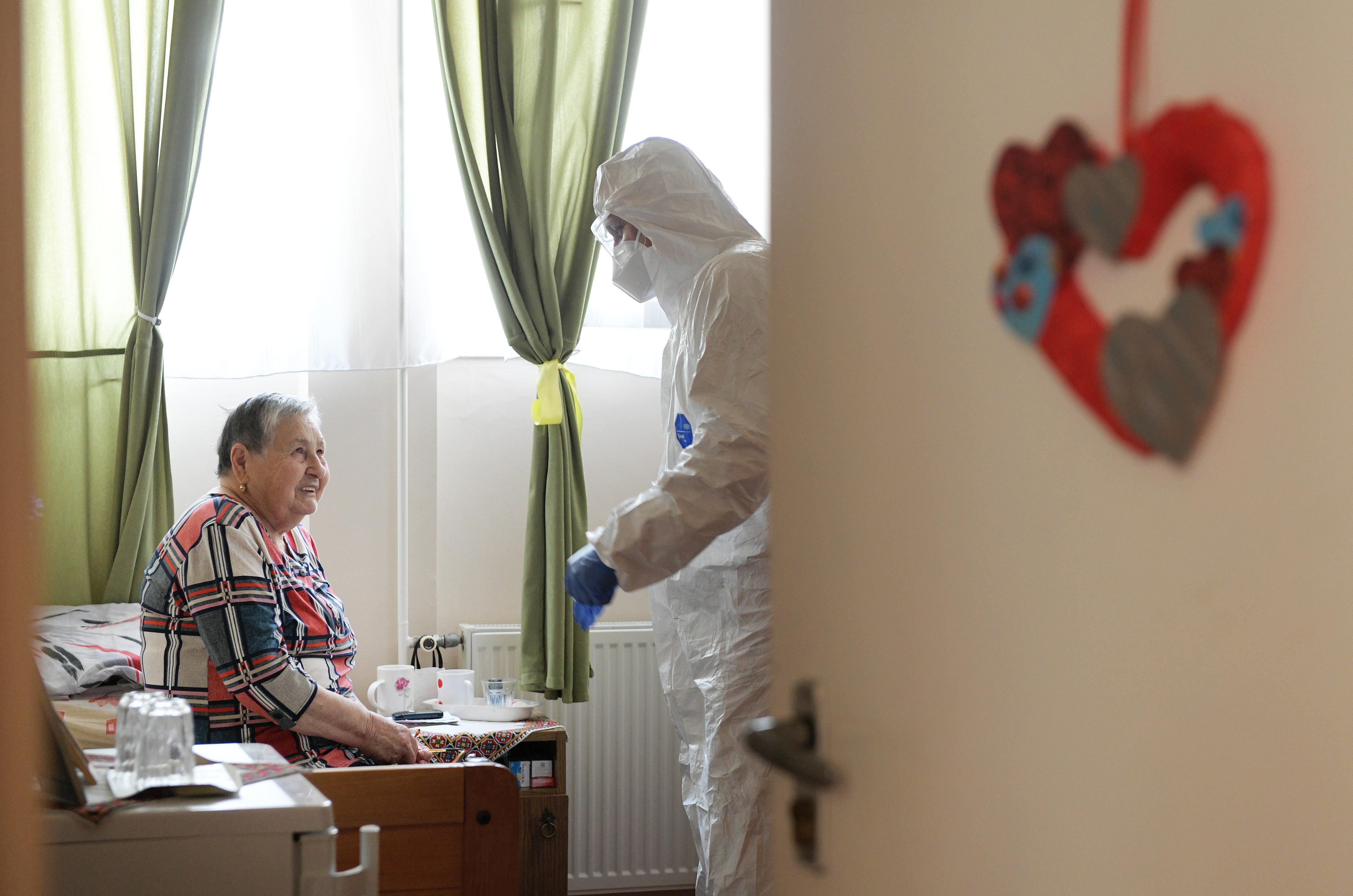 Országszerte 33 idősotthonban jelent meg a koronavírus