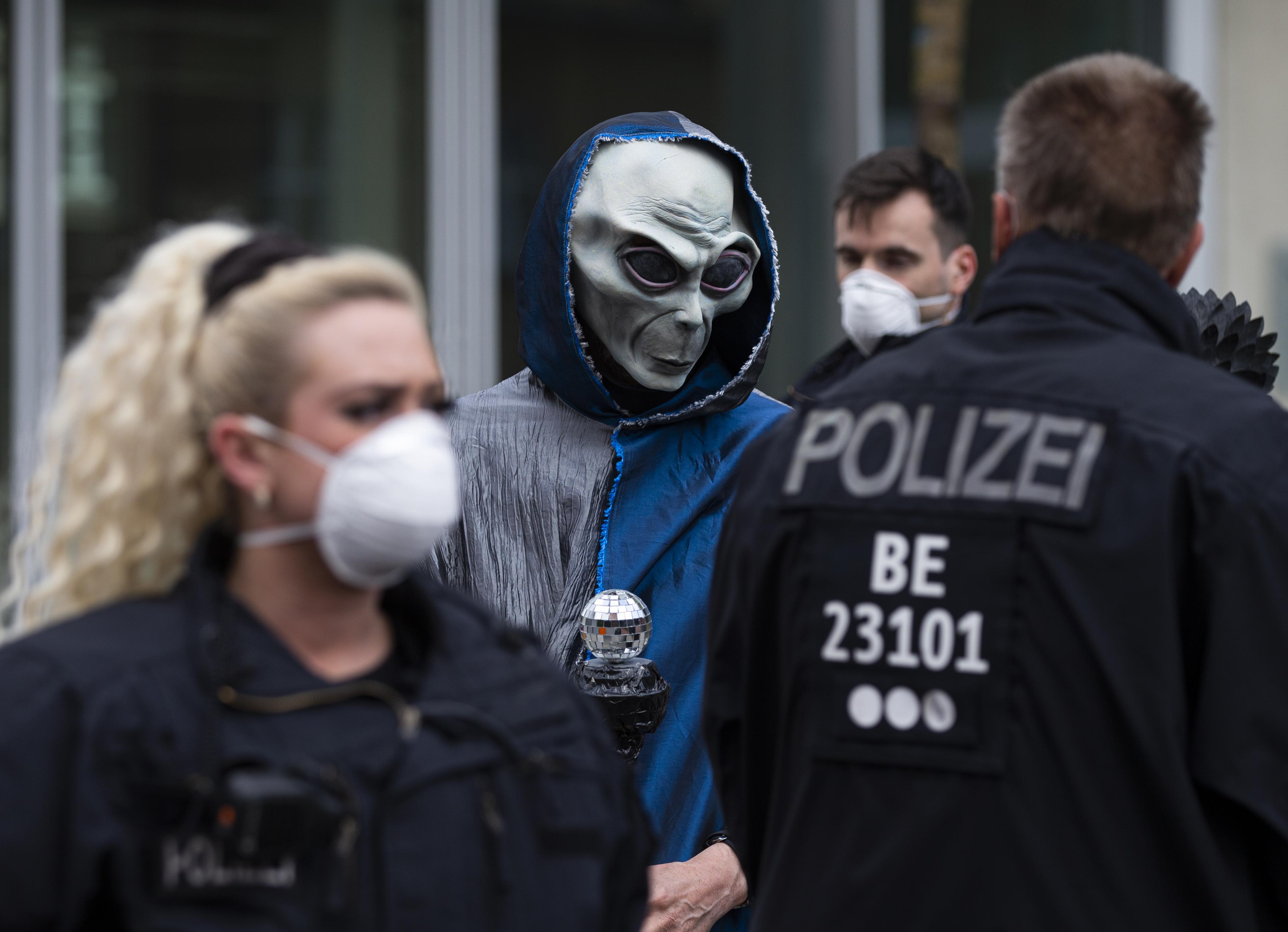 """""""Ne adj esélyt Gatesnek"""" - ezrével vonultak utcára Németországban a korlátozások miatt"""
