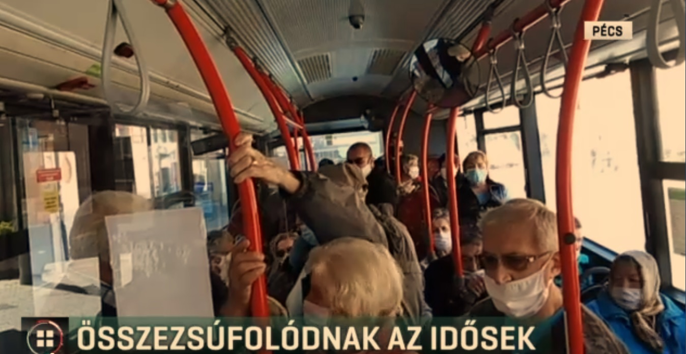 Összezsúfolódva utaznak a buszon a pécsi idősek