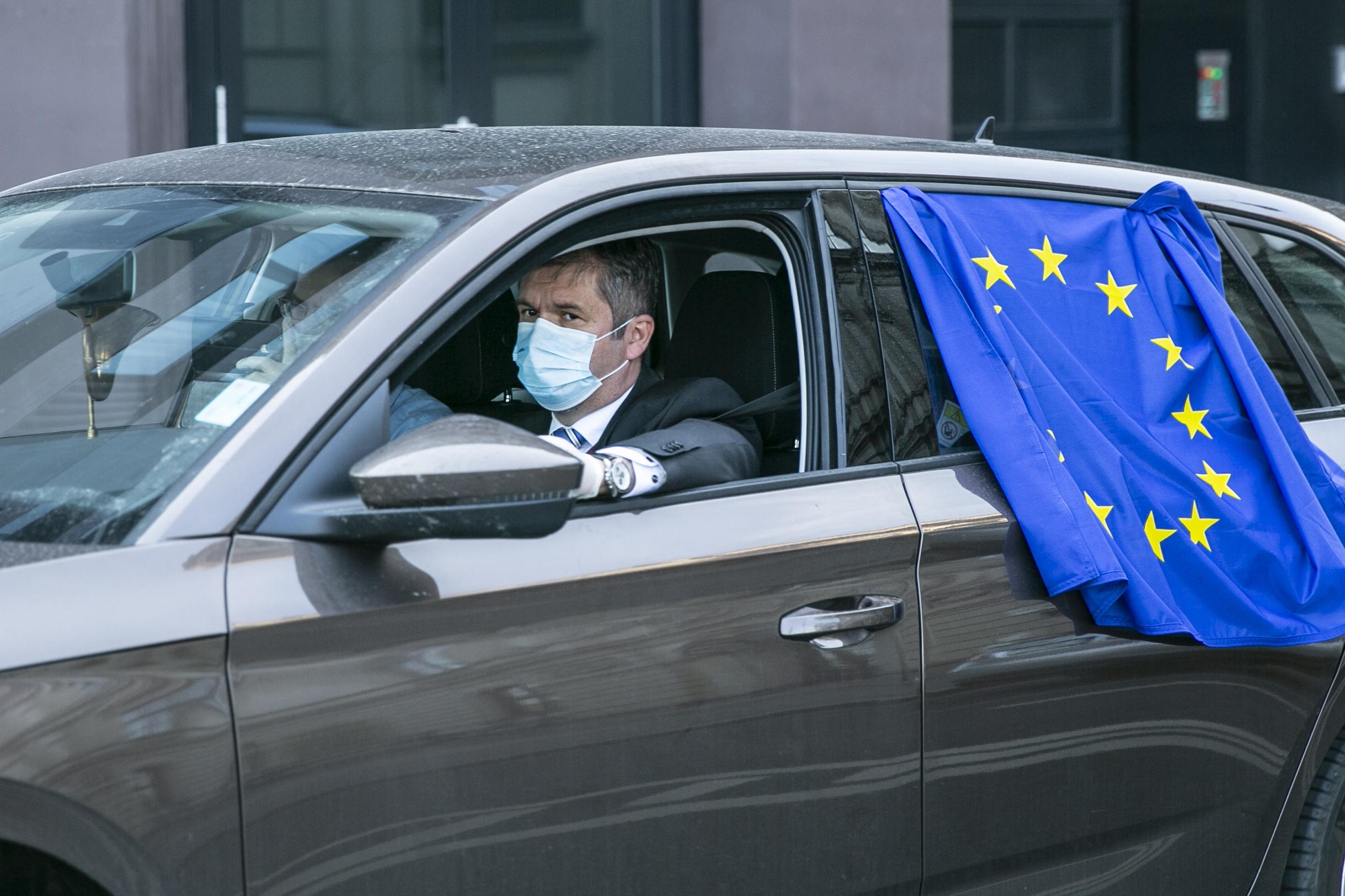Hadházy Ákost azért is feljelentette a rendőrség, mert a dudálós tüntetésen egy EU-s zászlót lógatott ki autója ablakából