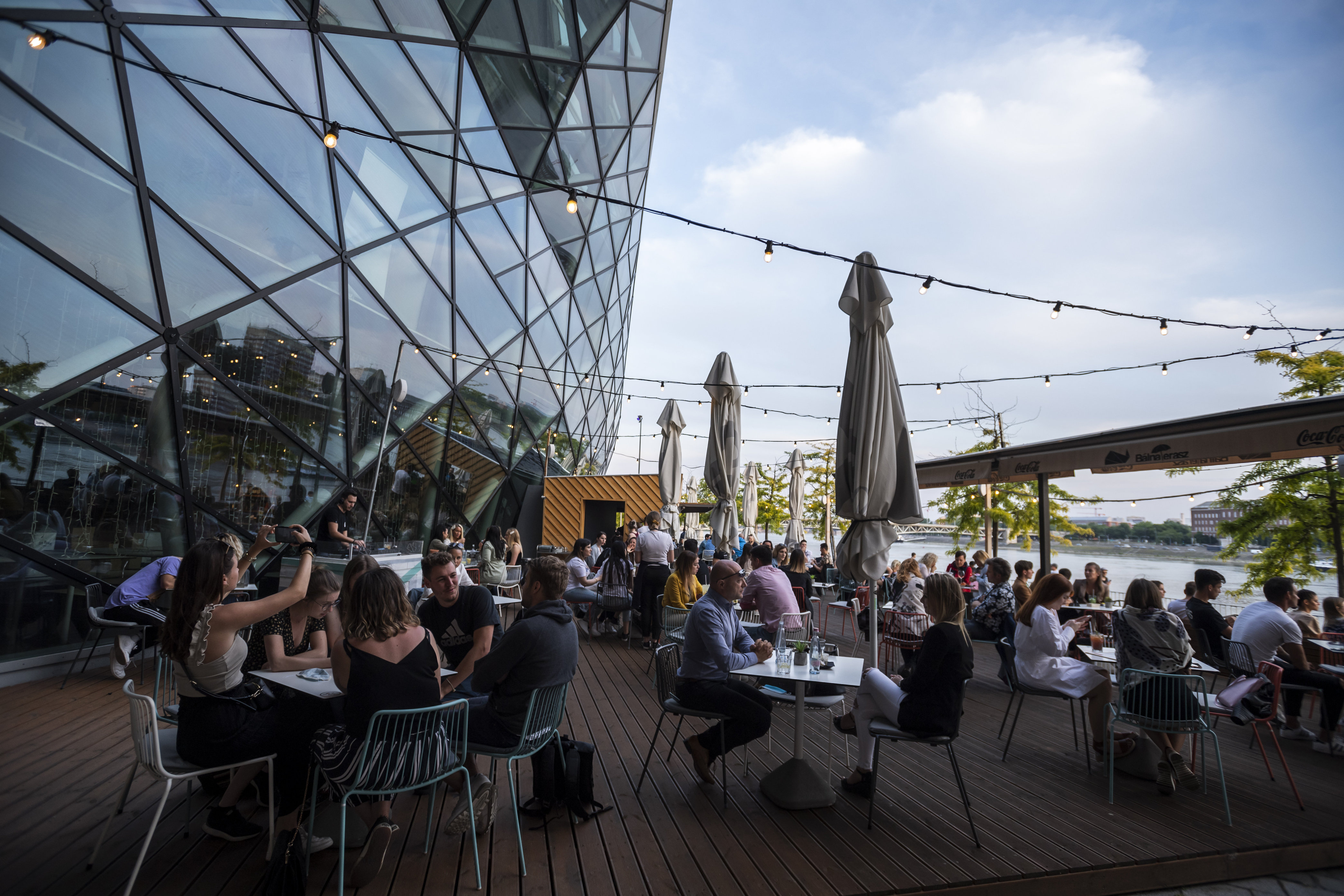 Kedvezményesen bérelhetnek önkormányzati üzlethelyiséget és használhatnak közterületet a fővárosi vendéglátósok