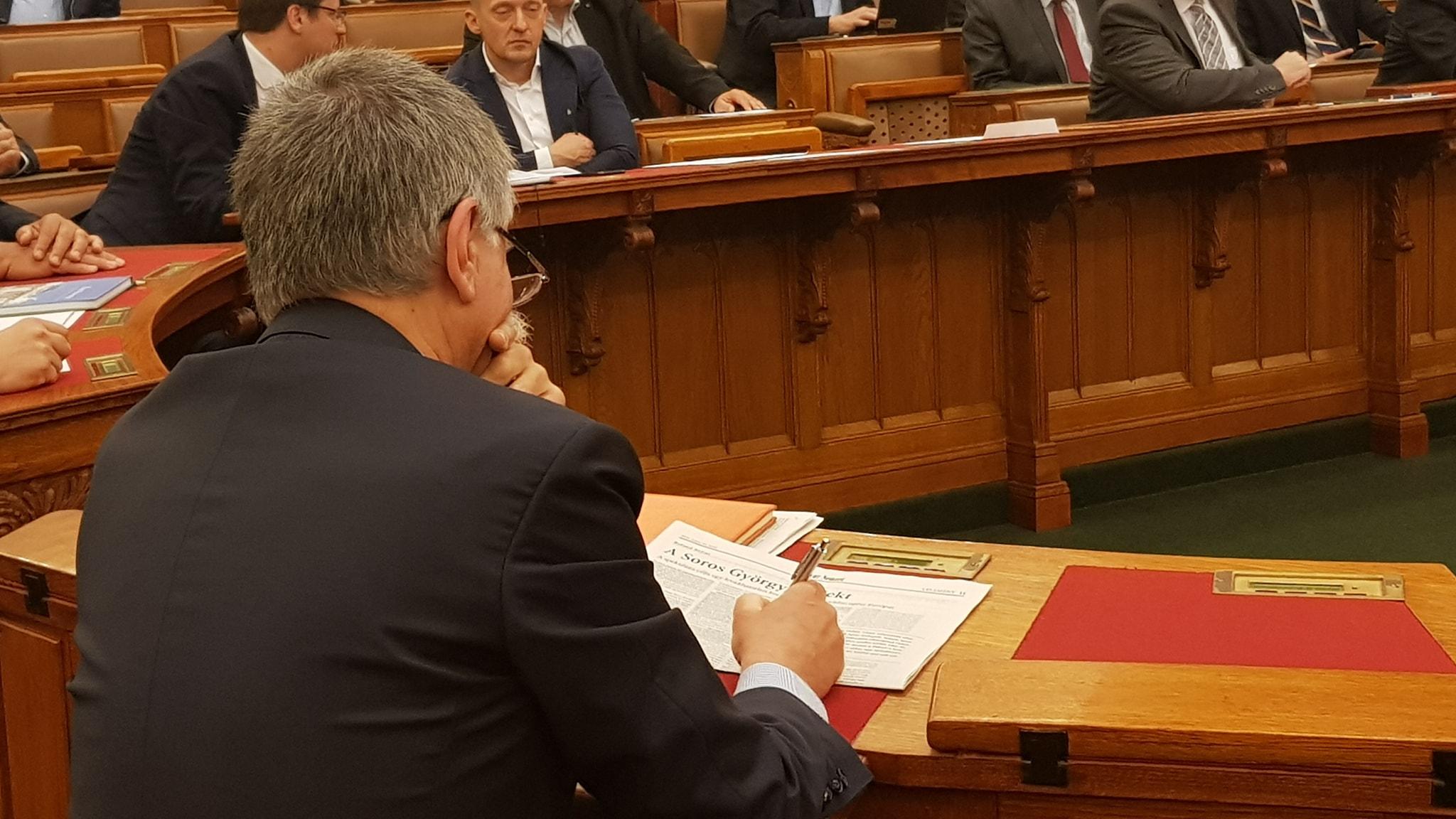Kövér László ma Soros-konteók kijegyzetelésével ütötte agyon az időt a parlamentben