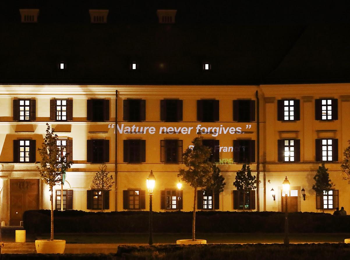 """Orbán irodájának falára vetítette a Greenpeace: """"A természet soha nem bocsát meg"""""""