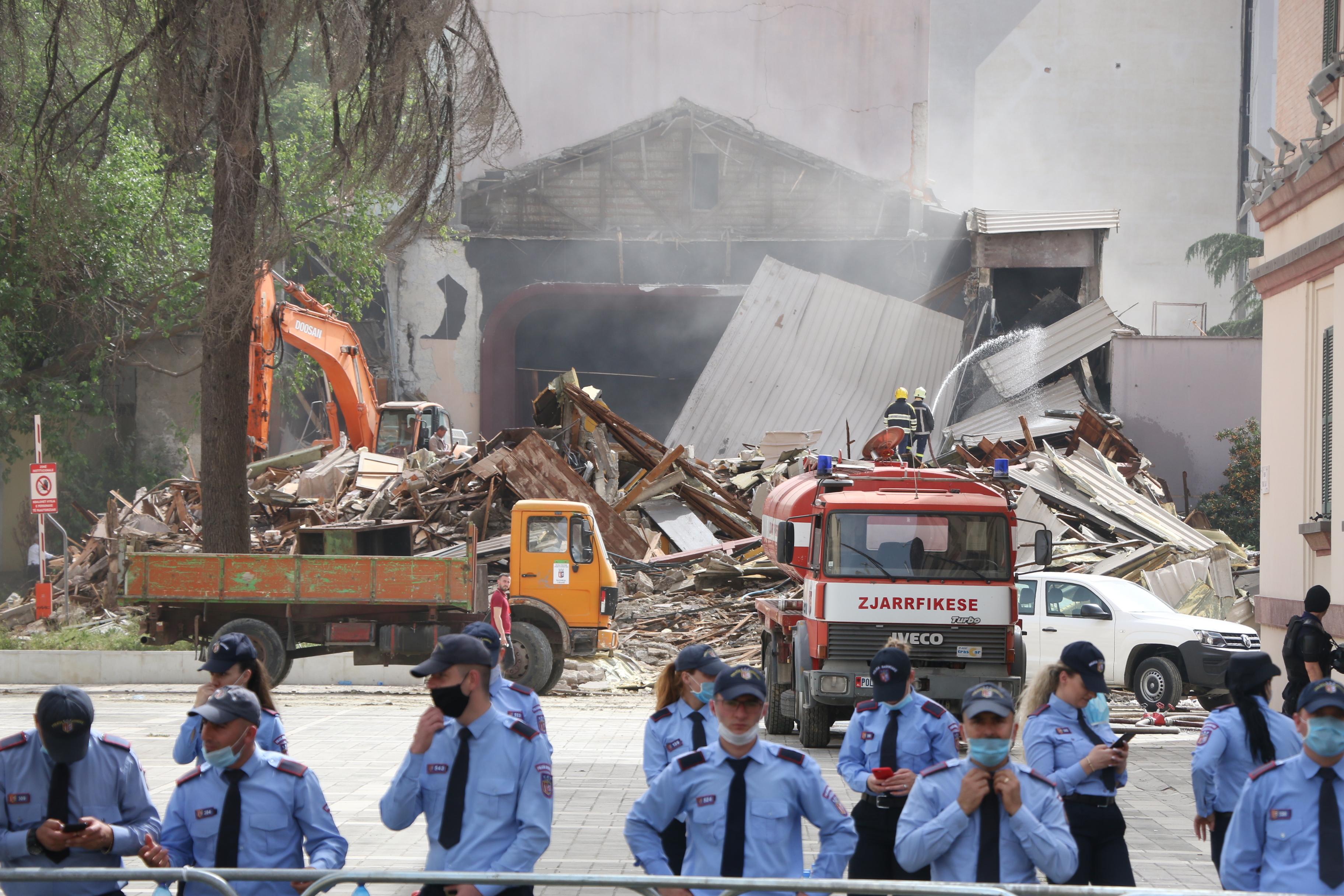 Az albán kormány az éjszaka közepén, rendőrök segítségével rombolta le a nemzeti színház épületét