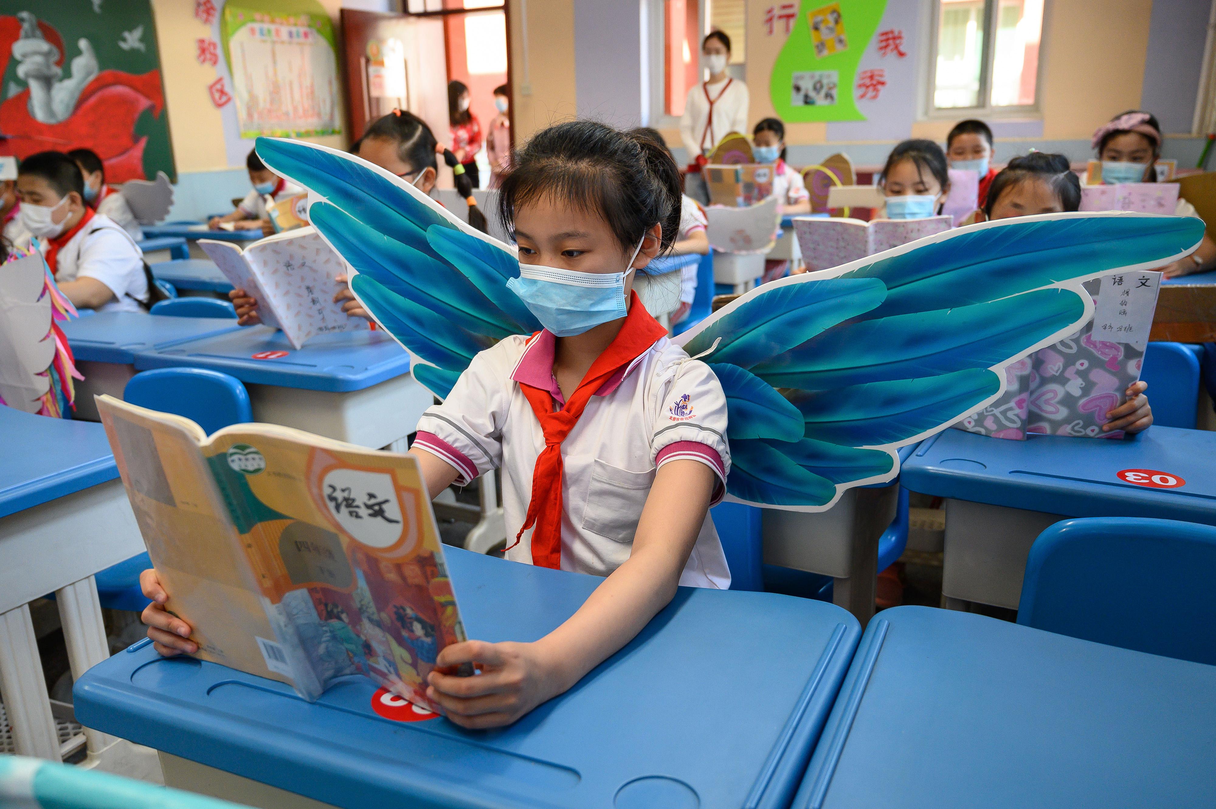 Szárnyakkal biztosítják a távolságot egy kínai iskolában