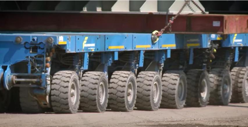 Óriásjárműpornó: emiatt az 544 tonnás, 18 tengelyen guruló,  30 méter hosszú extrém jármű miatt hidakat kellett megerősíteni Kelet-Magyarországon