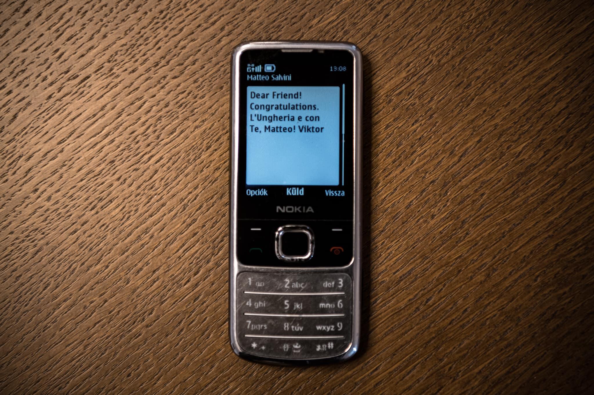 Boomeriáda: Orbán dobott egy SMS-t a Nokia 6700-asáról Salvininek