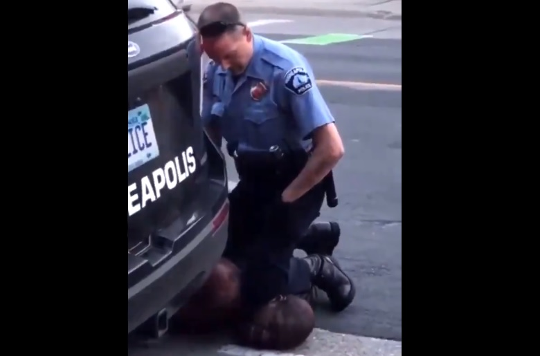 Egy minneapolisi rendőr addig térdelt egy megbilincselt fekete férfi nyakán, amíg az bele nem halt