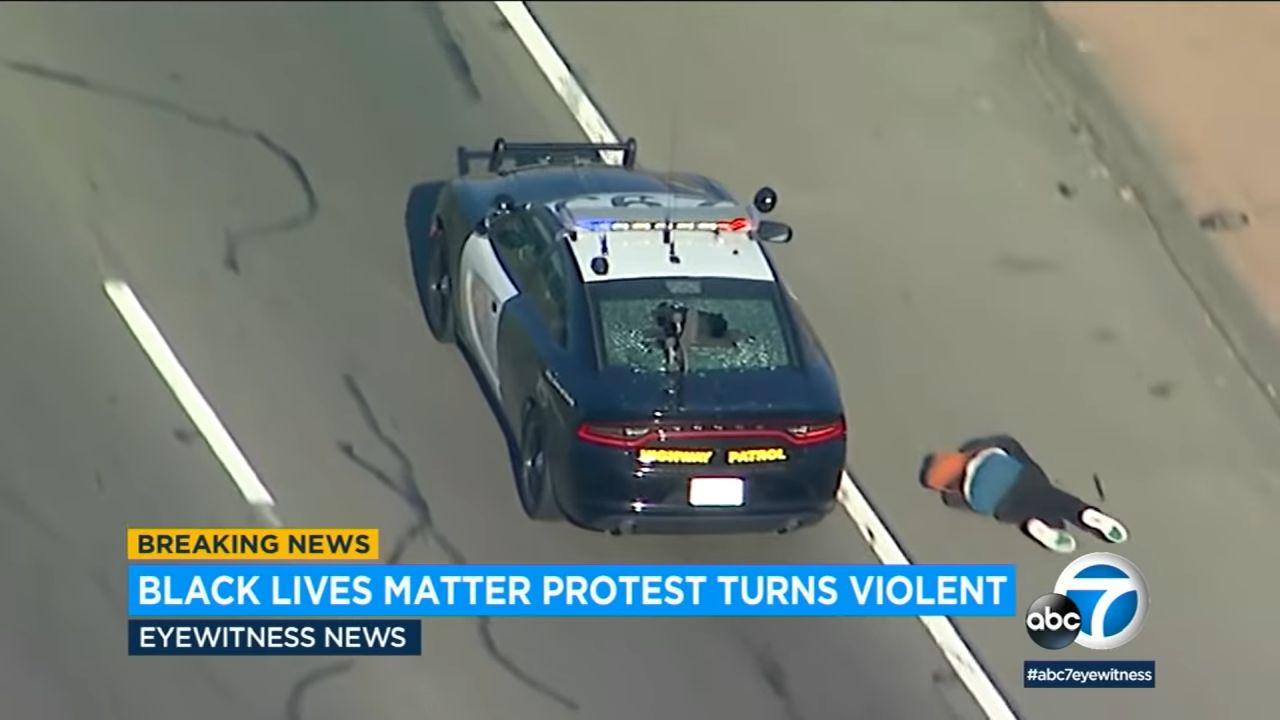 Los Angelesben az autópályára mentek a George Floyd halála miatt tüntetők, és megtámadtak egy rendőrautót