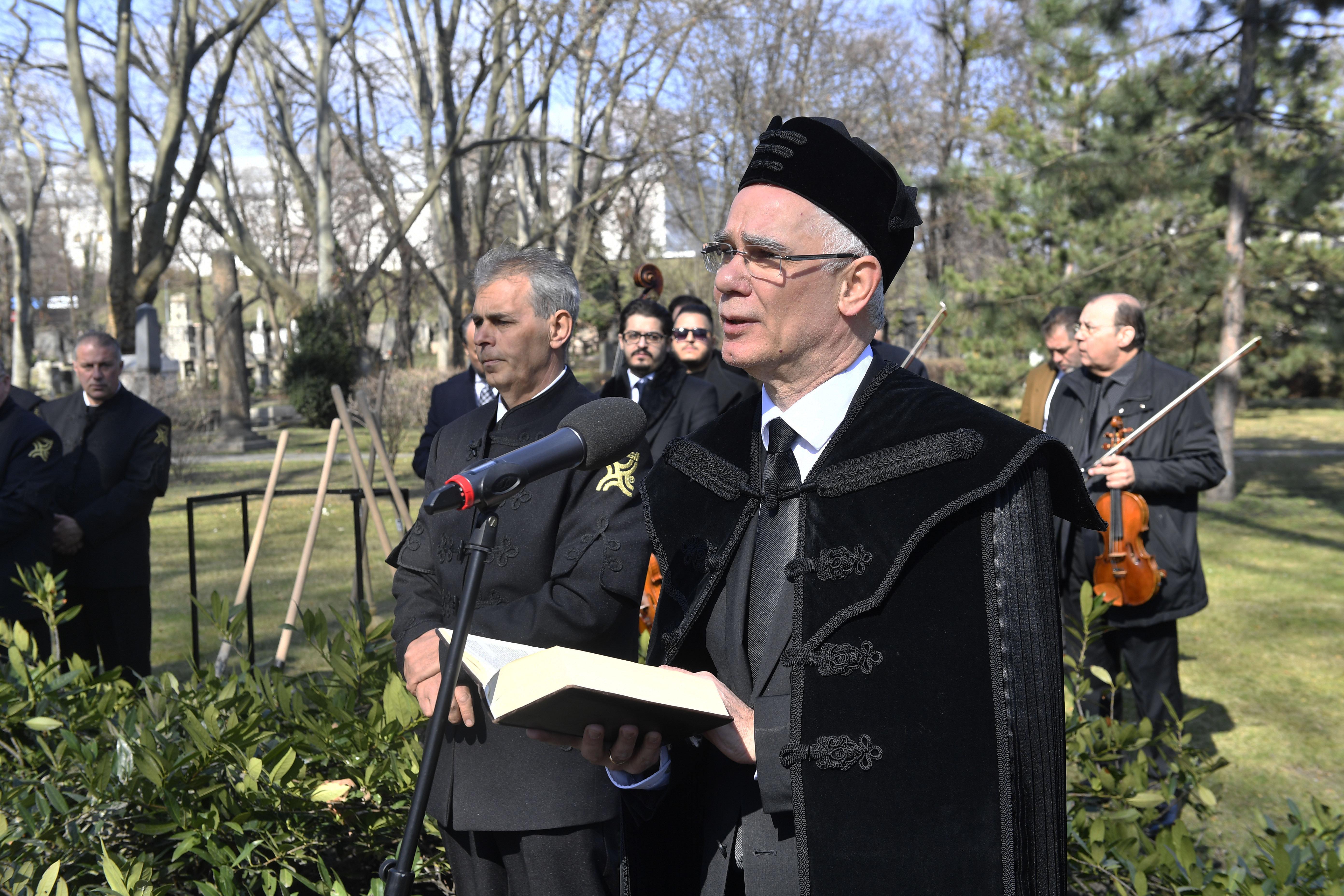 Megduplázódik a kistelepüléseken szolgáló lelkészek, papok, rabbik támogatása