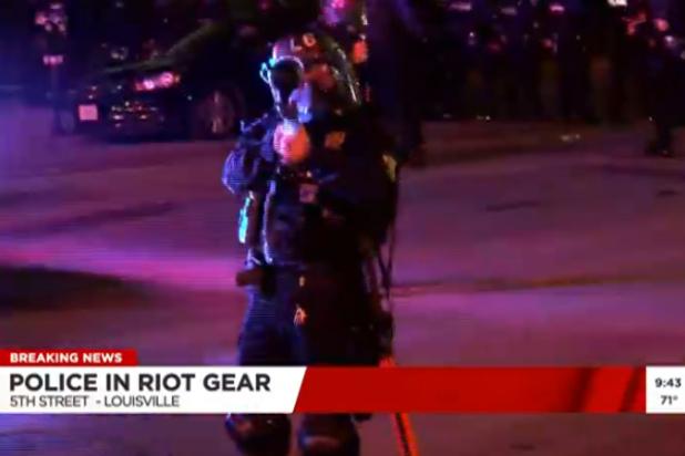 Élő bejelentkezés közben lőtték meg a rendőrök paprikatölténnyel a riportert Louisville-ben