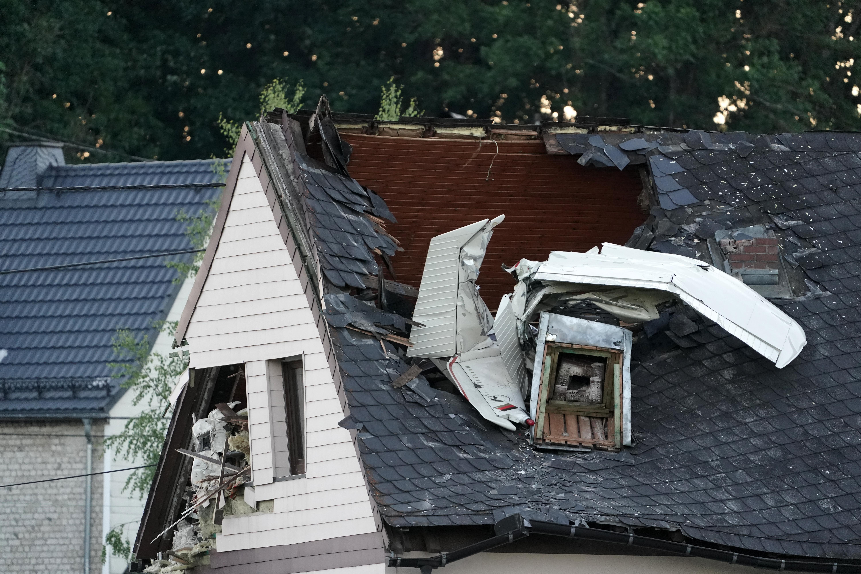 Háztetőbe csapódott egy kisrepülő Langenhahnban, 50 ezren maradtak áram nélkül