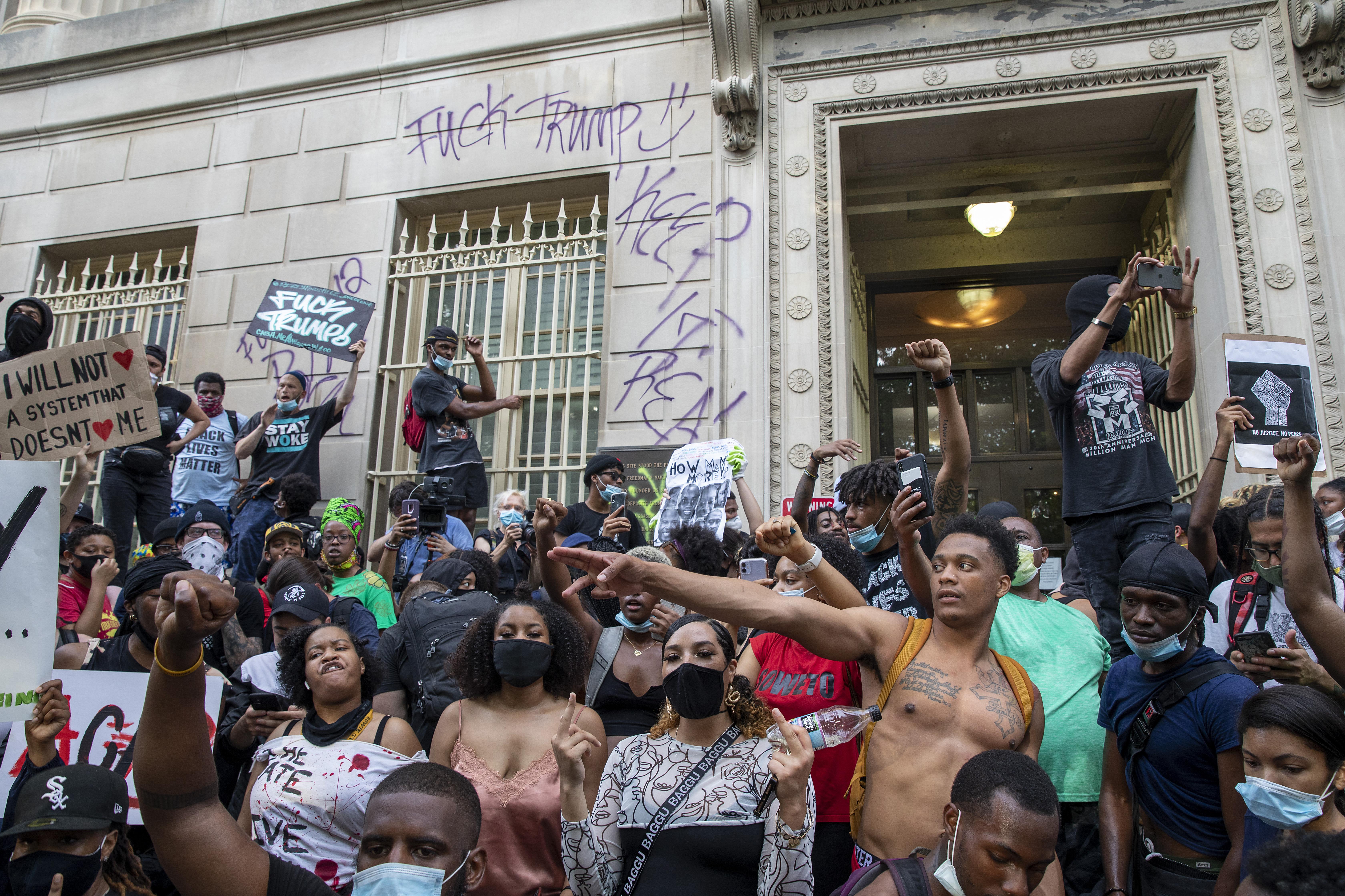 Már kisebb városokban is rendőrökre támadtak a George Floyd halála miatt tüntetők az Egyesült Államokban