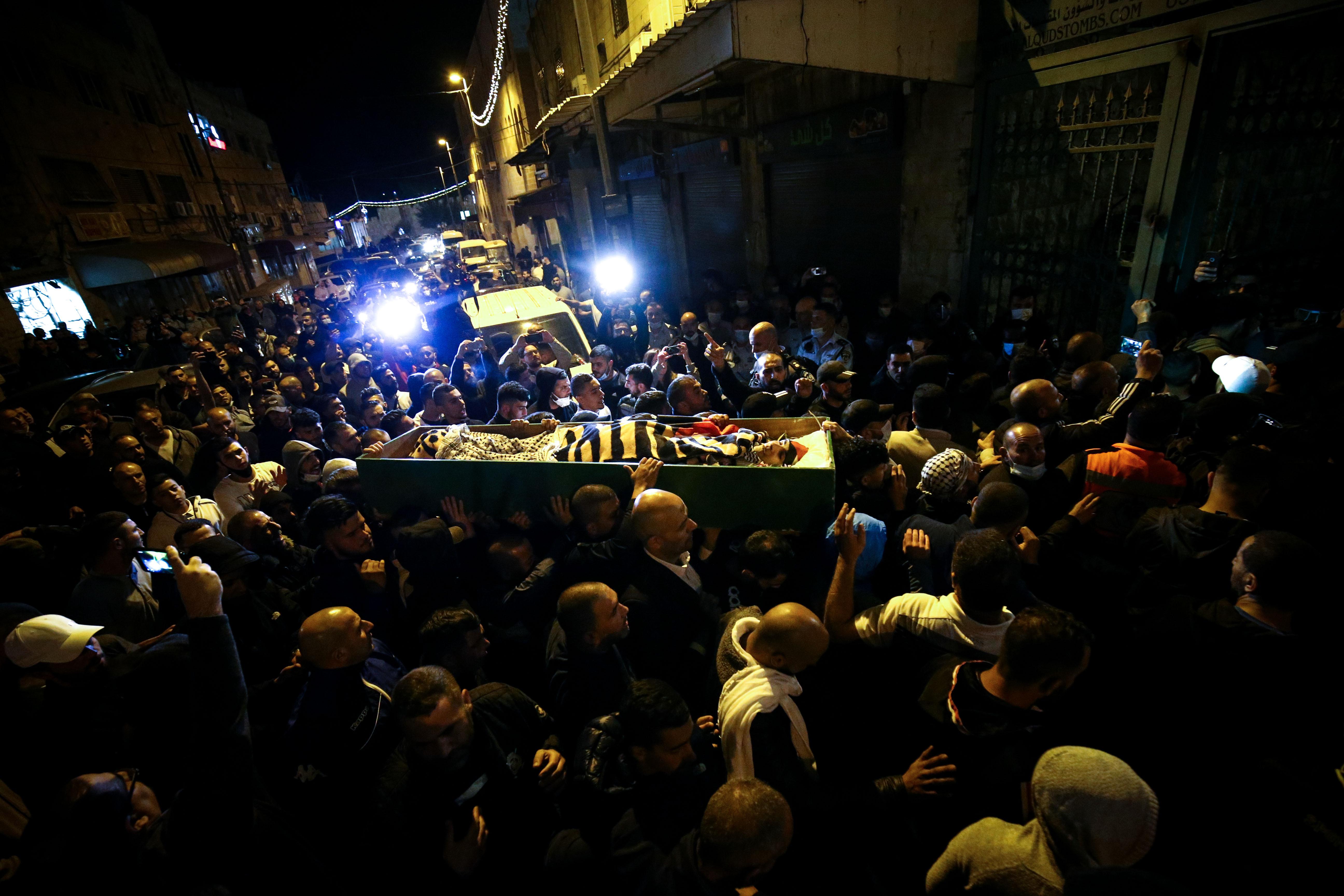 Több százan demonstráltak egy ártatlanul lelőtt autista palesztin férfi temetésén Kelet-Jeruzsálemben