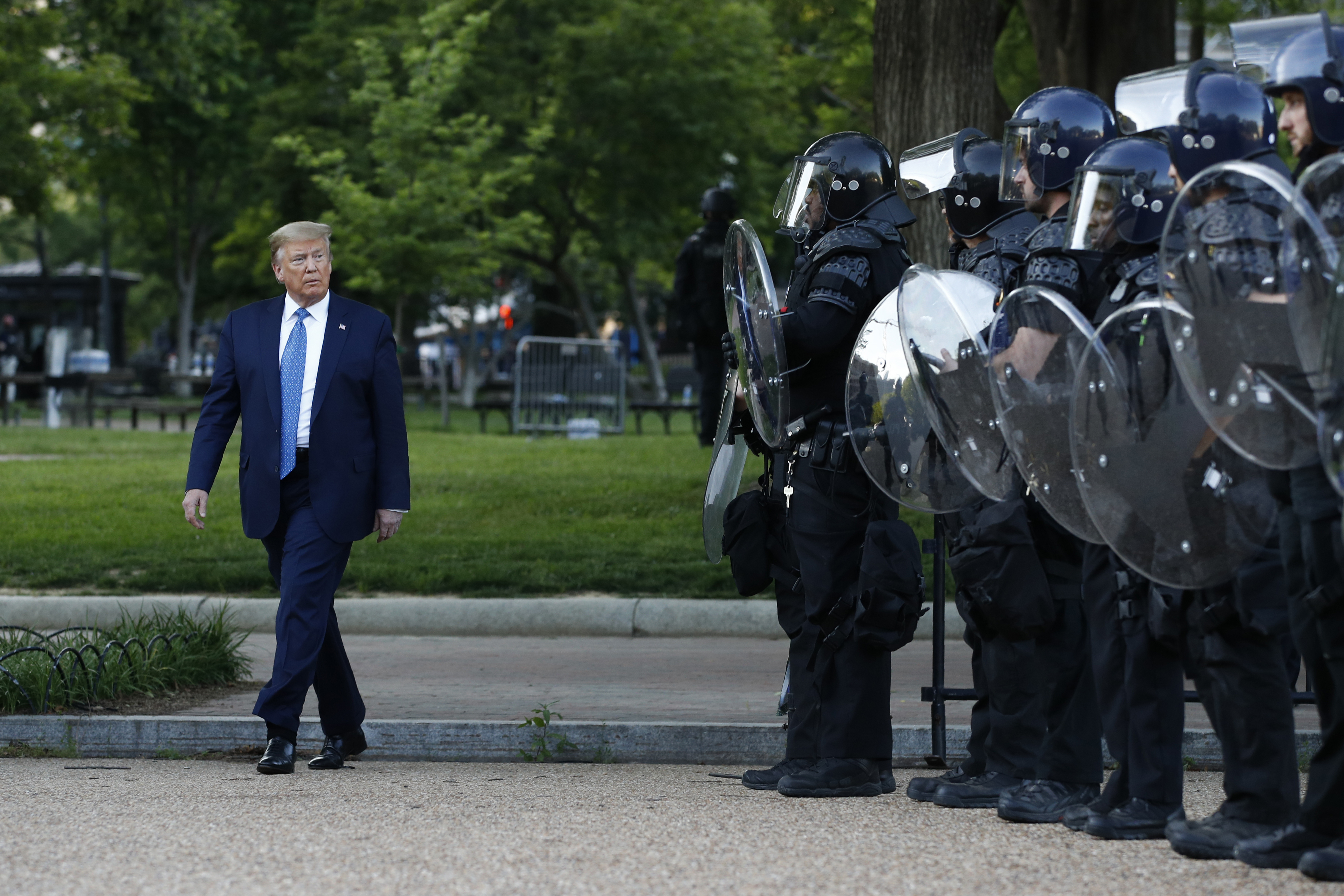 Trump bevetné a katonaságot a tüntetők ellen