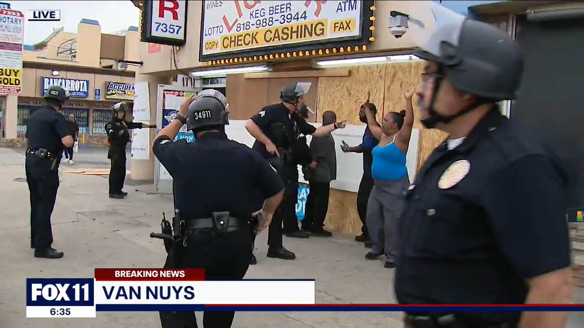 """""""Ne őket bilincseljék meg, ők a boltot védik!"""" - kiabálta élő adásban a riporter a rendőröknek"""