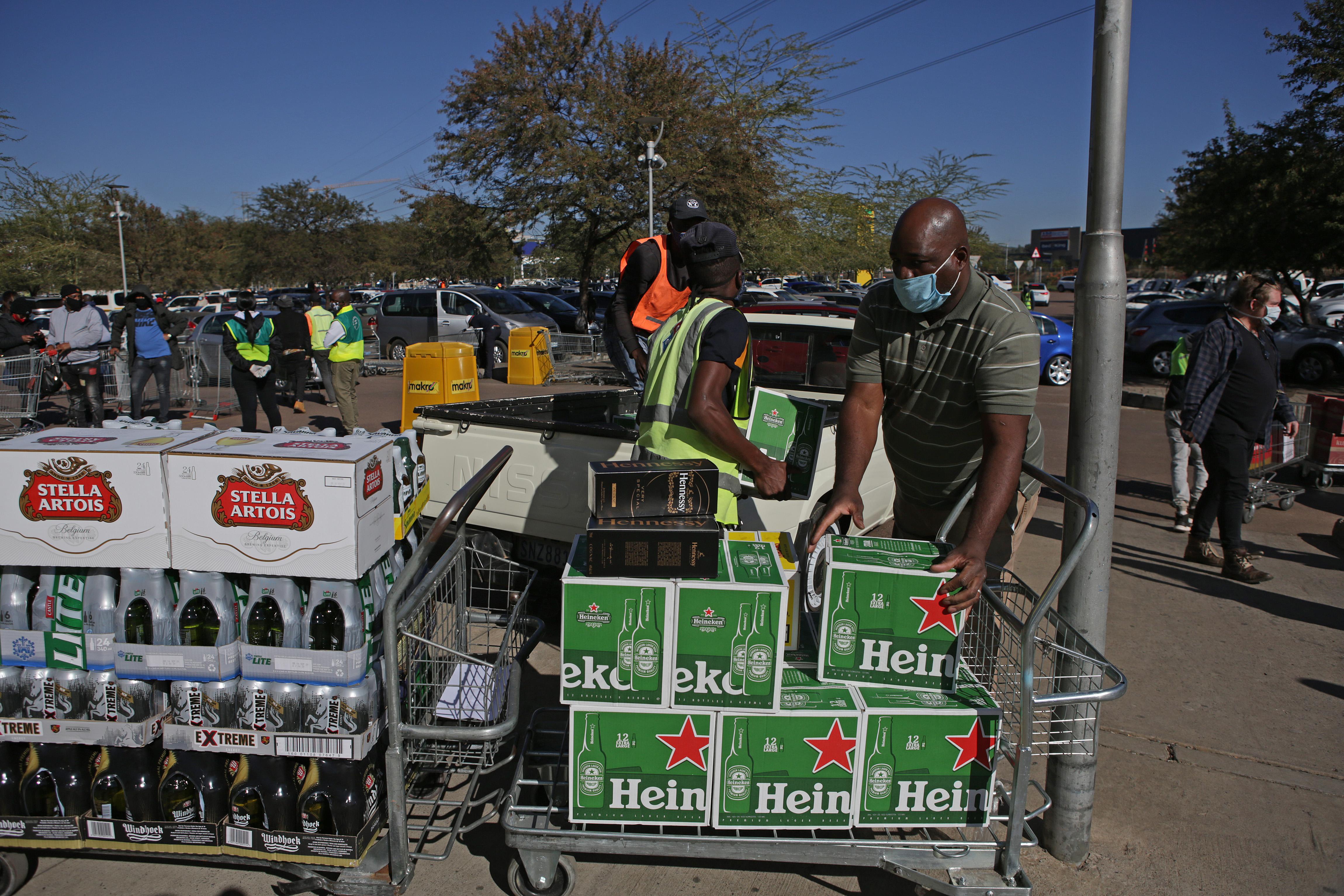 Hosszú sorok Dél-Afrikában: vége az alkoholtilalomnak